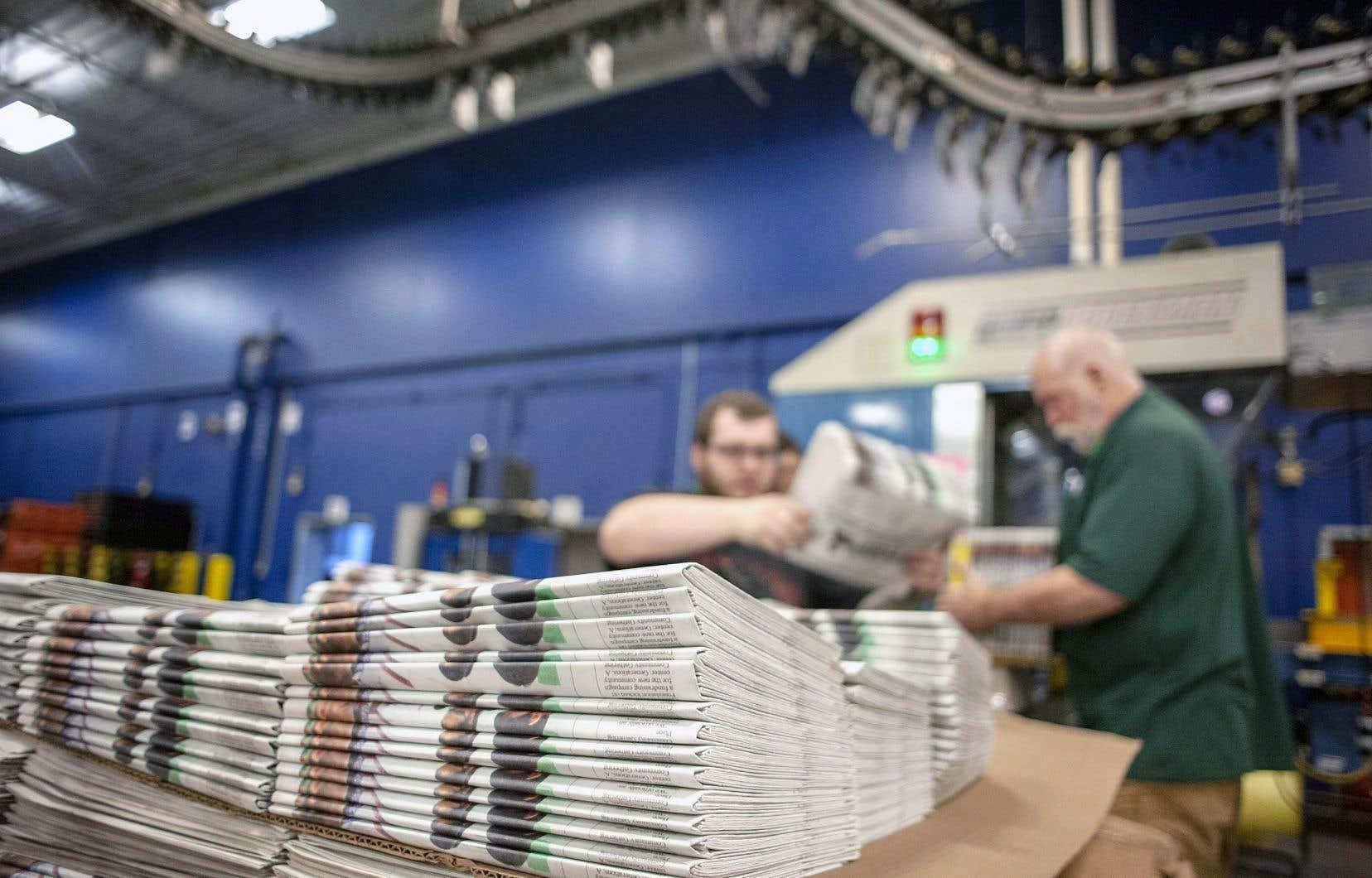 Des employés d'une imprimerie dans le Wisconsin empilaient des journaux, le 11avril.