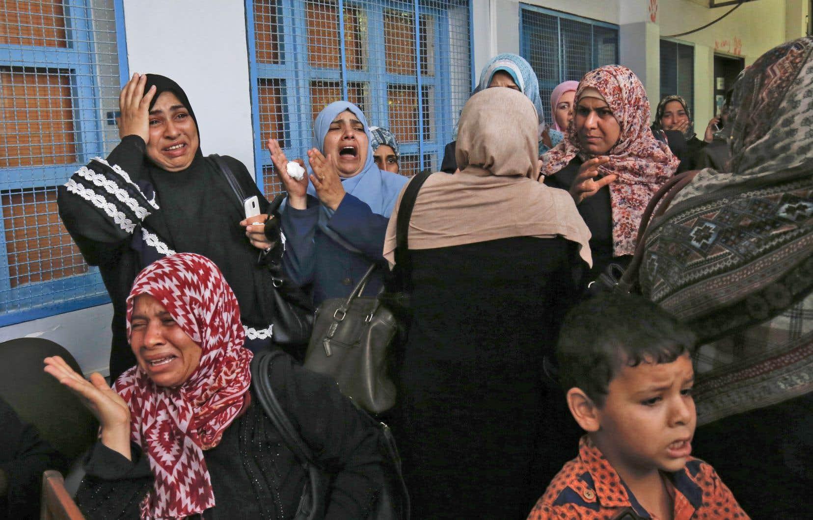 Des employés de l'agence de l'ONU pour les réfugiés palestiniens manifestent contre les supressions d'emploi.