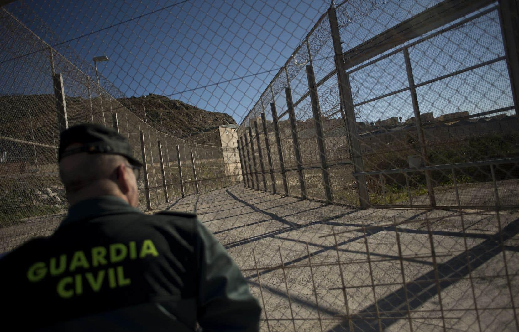 <p>Deux impressionnantes clôtures d'acier et de barbelésbarrent l'accès aux microterritoires espagnols de Ceuta et Melilla, enclavés dans le nord du Maroc.</p>