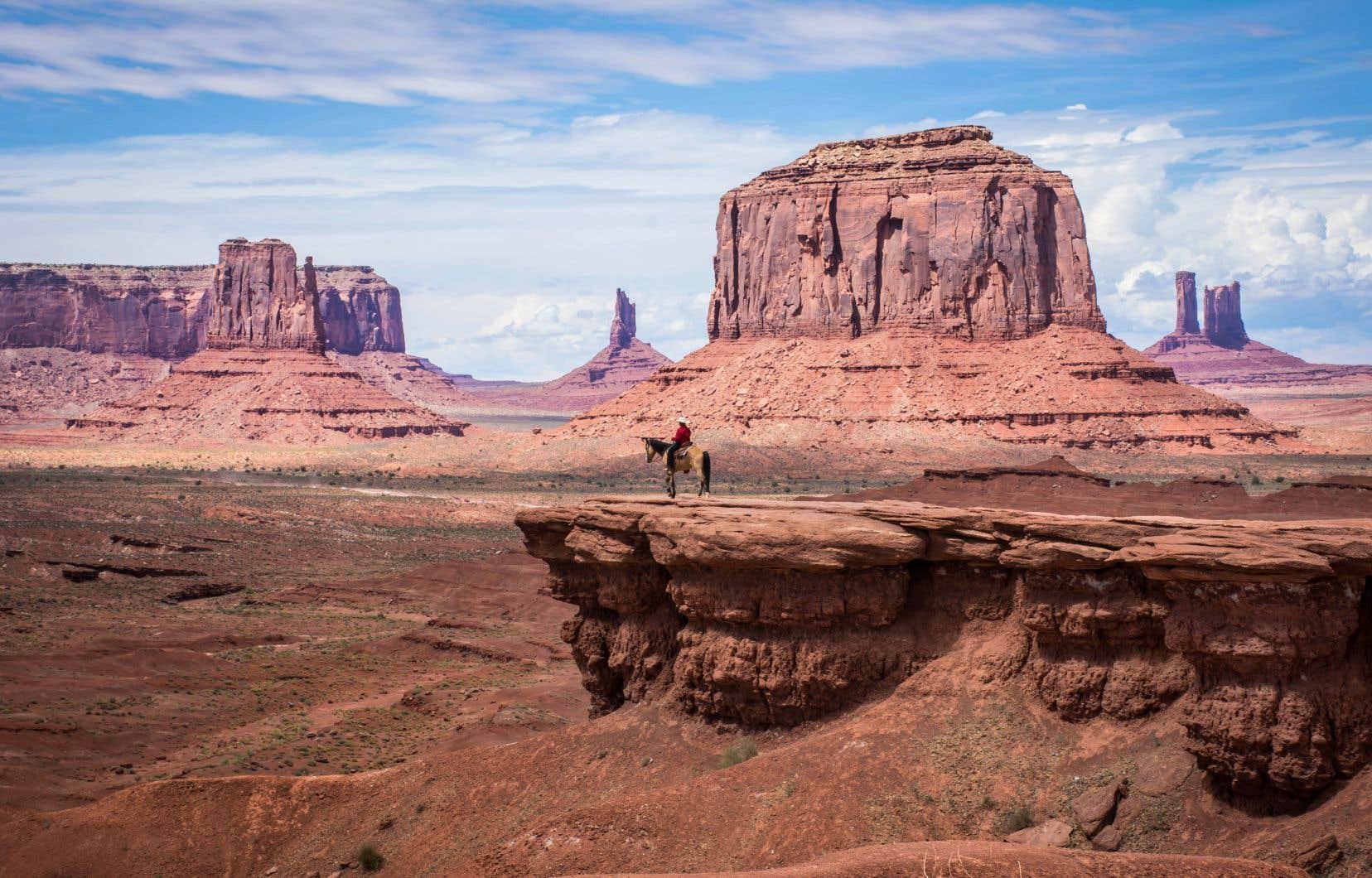 Monument Valley depuis John Ford Point. Un Navajo contemple le vide sur son cheval.