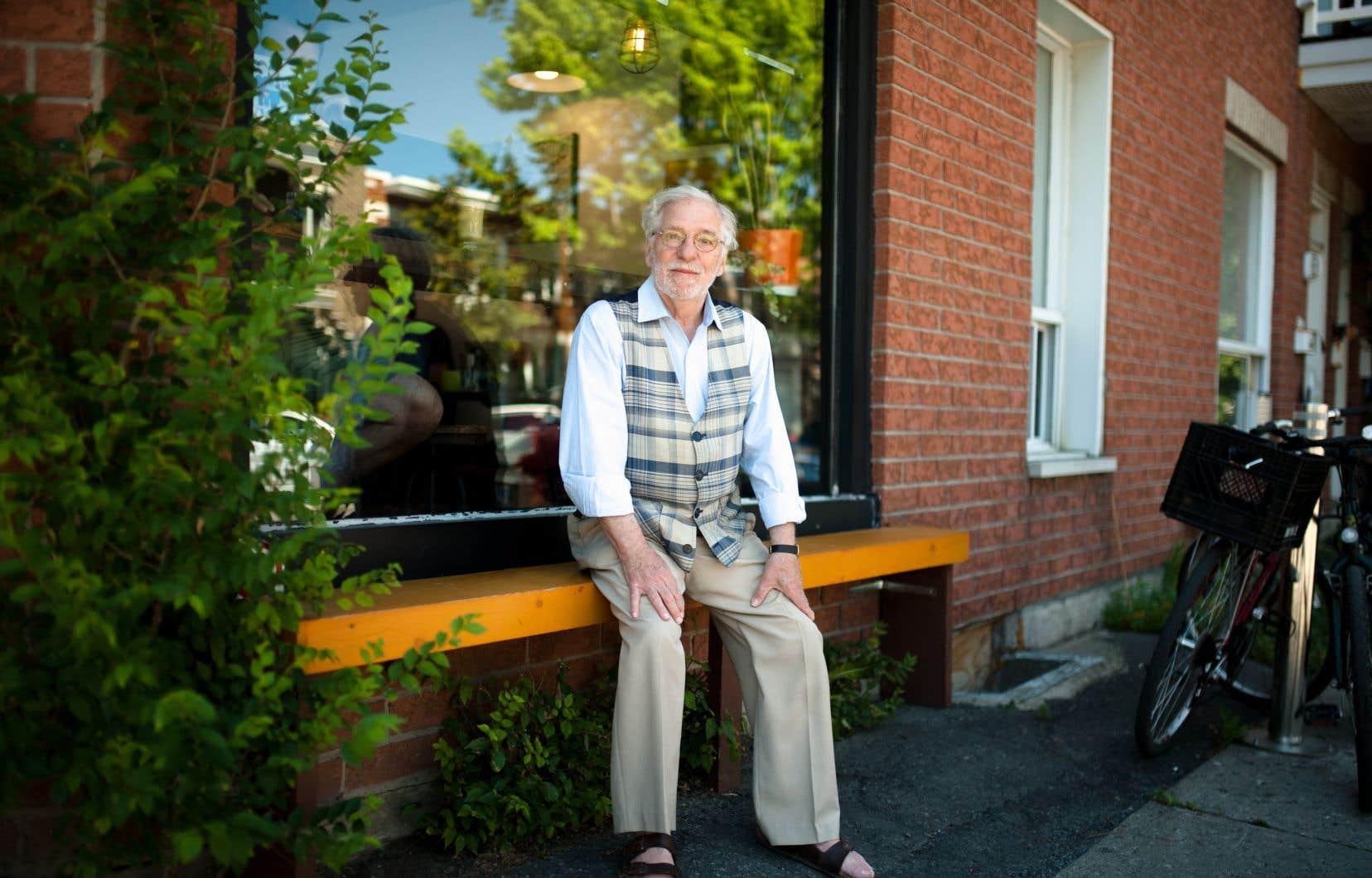 Louis Caron, fidèle défenseur des régions, au cœur du quartier Rosemont. L'écrivain, qui vit à Sorel, visitait Montréal ce jour-là spécialement pour se raconter et répondre aux questions du «Devoir».