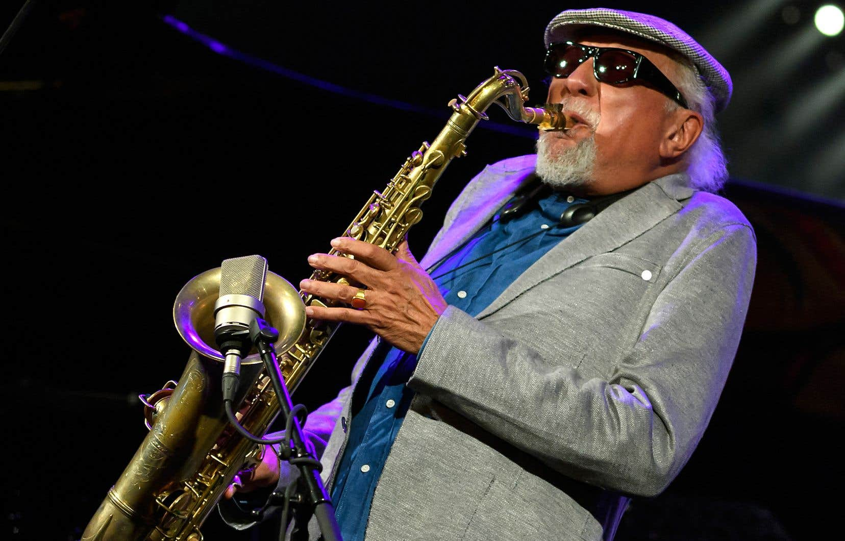 Ses débuts professionnels, Charles Lloyd les fit aux côtés des «bluesmen» B. B.King, Howlin' Wolf, Bobby Bland et Johnny Ace, avant d'aller étudier la musique à l'Université USC, à Los Angeles.