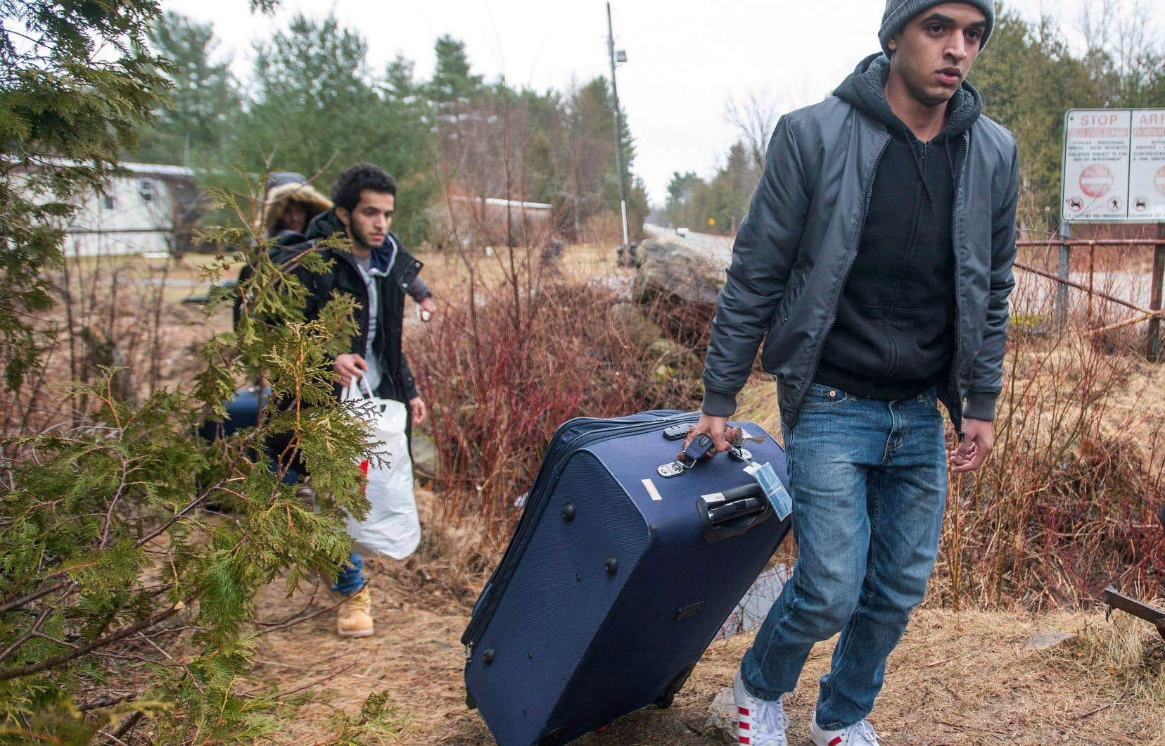 Environ 40% des migrants qui entrent de façon irrégulière au Québec souhaitent refaire leur vie en Ontario, ont constaté les fonctionnaires fédéraux.