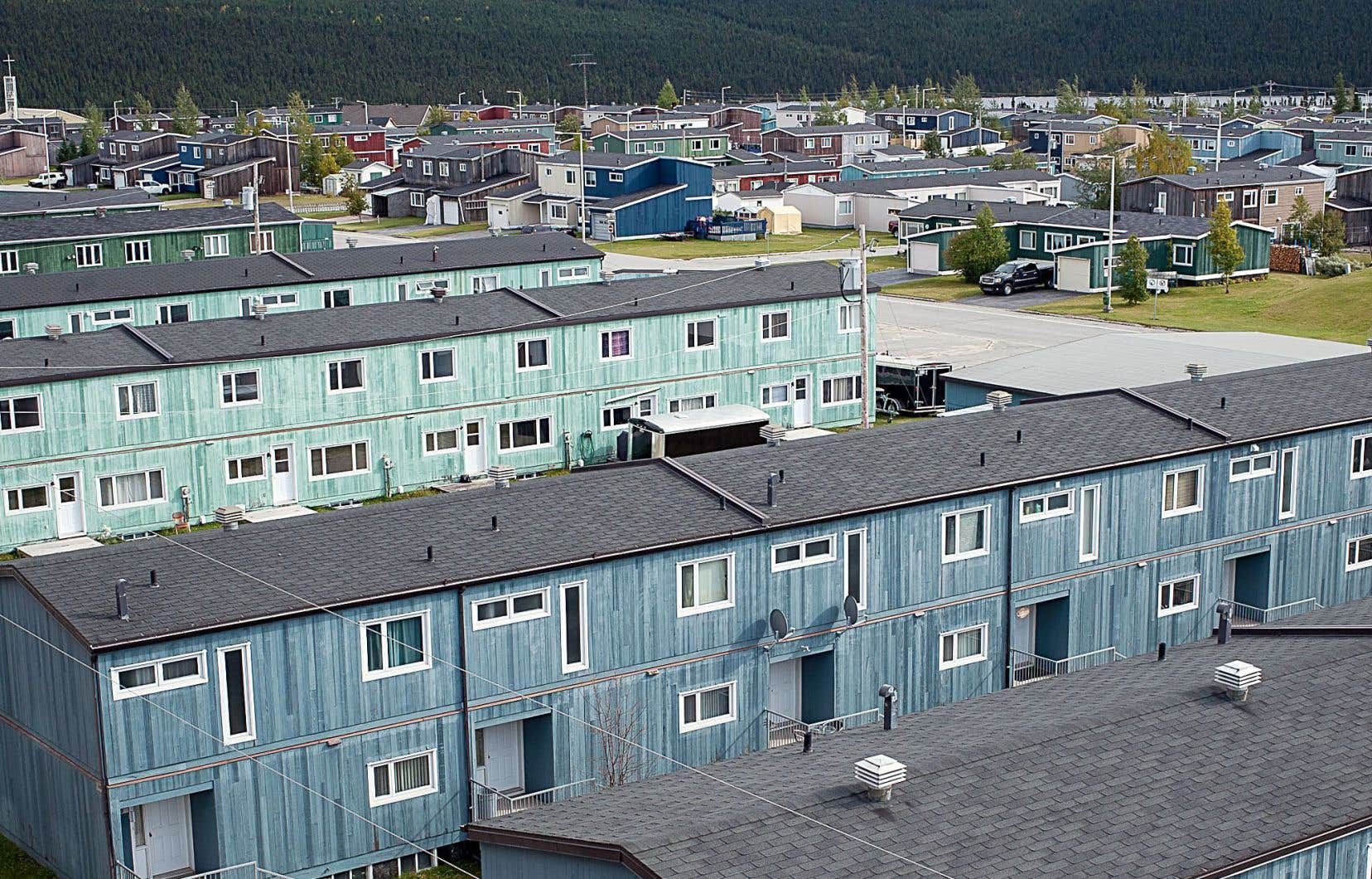 À Fermont, 95% des 2500 résidents permanents vivent dans une habitation de la minière Arcelor Mittal, avec obligation, pour la plupart, de la rendre à la compagnie quand ils partiront.