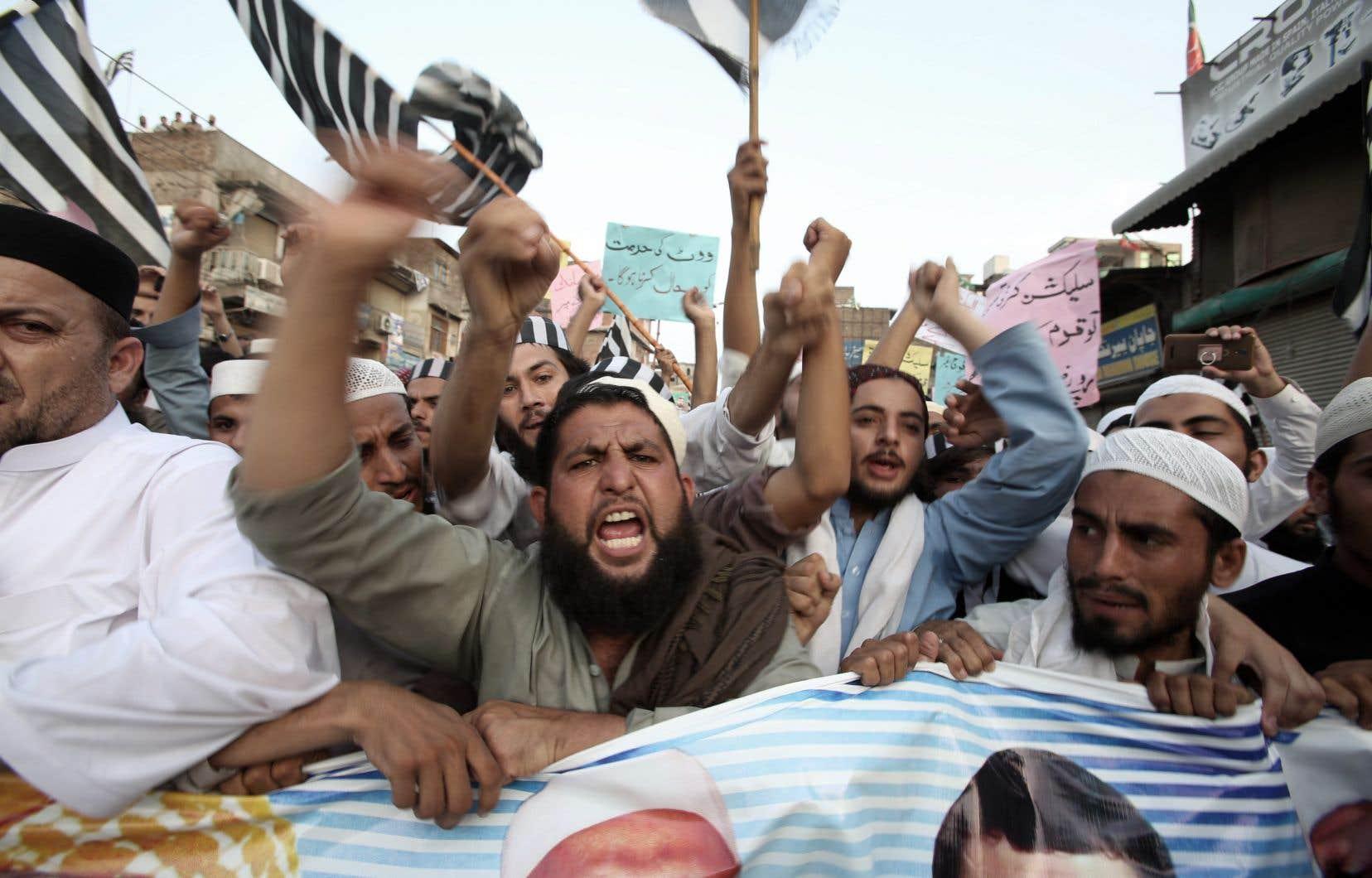 Des partis politiques ont rejeté vendredi la victoire d'Imran Khan aux législatives pakistanaises, annonçant des manifestations et exigeant un nouveau scrutin.