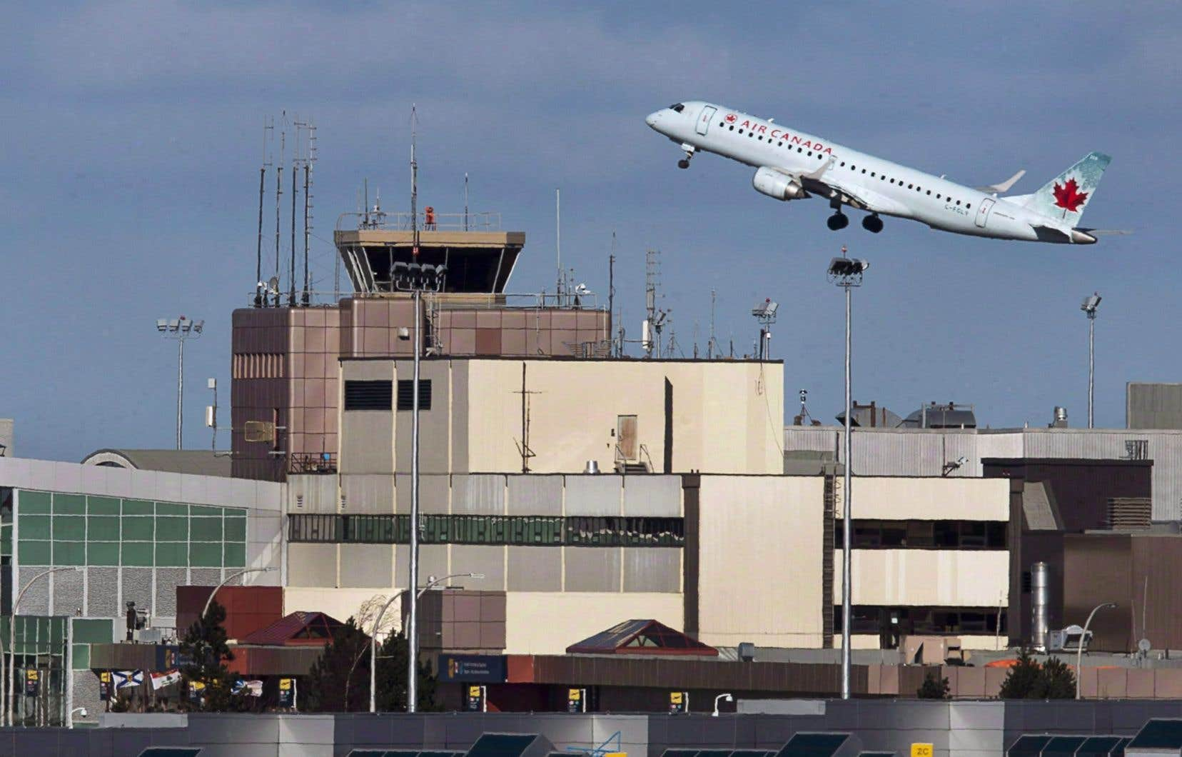 Les produits d'Air Canada pour la période de trois mois terminée le 30juin étaient conformes aux prévisions de 4,33milliards, en hausse par rapport au chiffre d'affaires de 3,91milliards du deuxième trimestre de 2017.