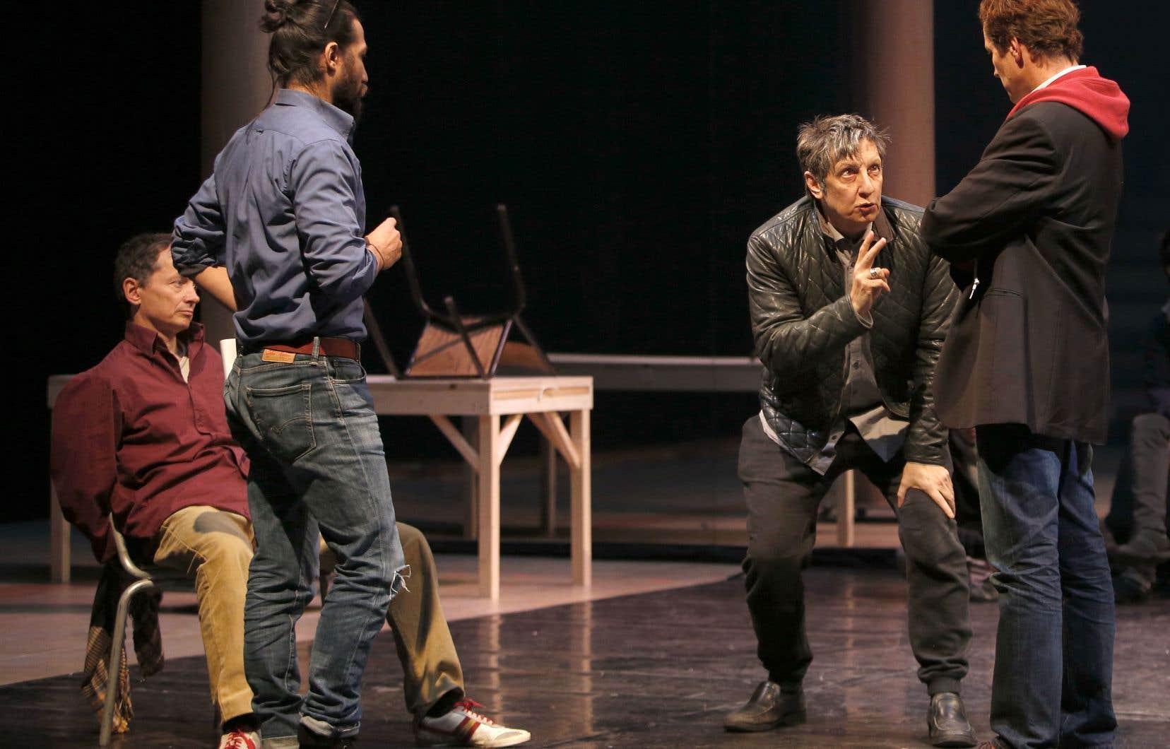 Le metteur en scène Robert Lepage en répétition de la pièce «Kanata» avec des comédiens du Théâtre du Soleil.