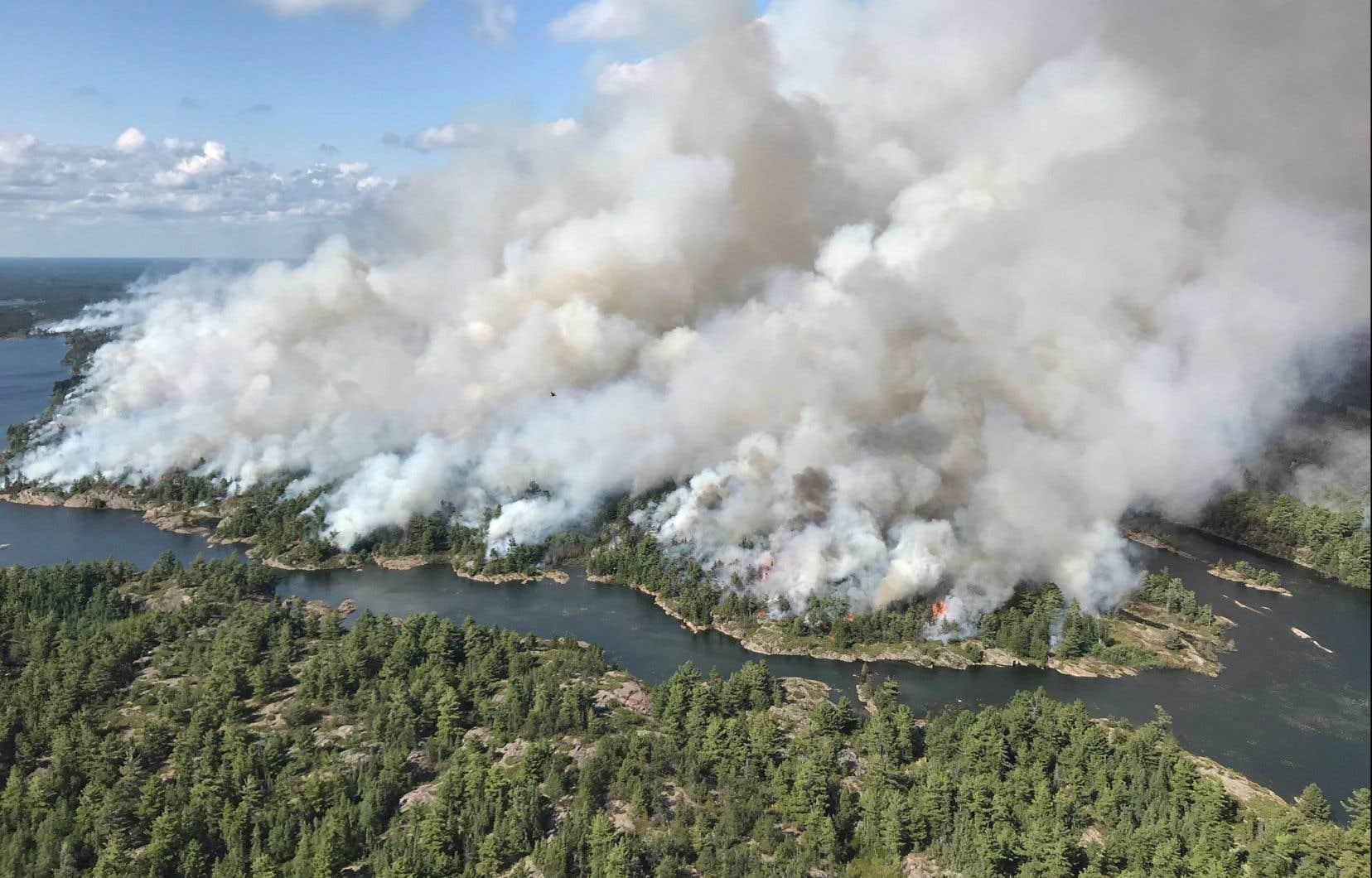 Le feu «Parry Sound 33», qui fait rage depuis 10 jours, est le plus important, puisqu'il s'étend sur plus de 76 kilomètres carrés.