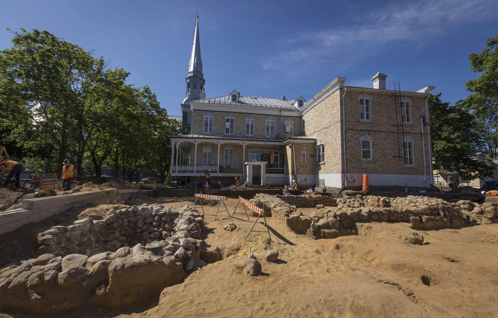 Le chantier archéologique situé derrière le presbytère de L'Ancienne-Lorette