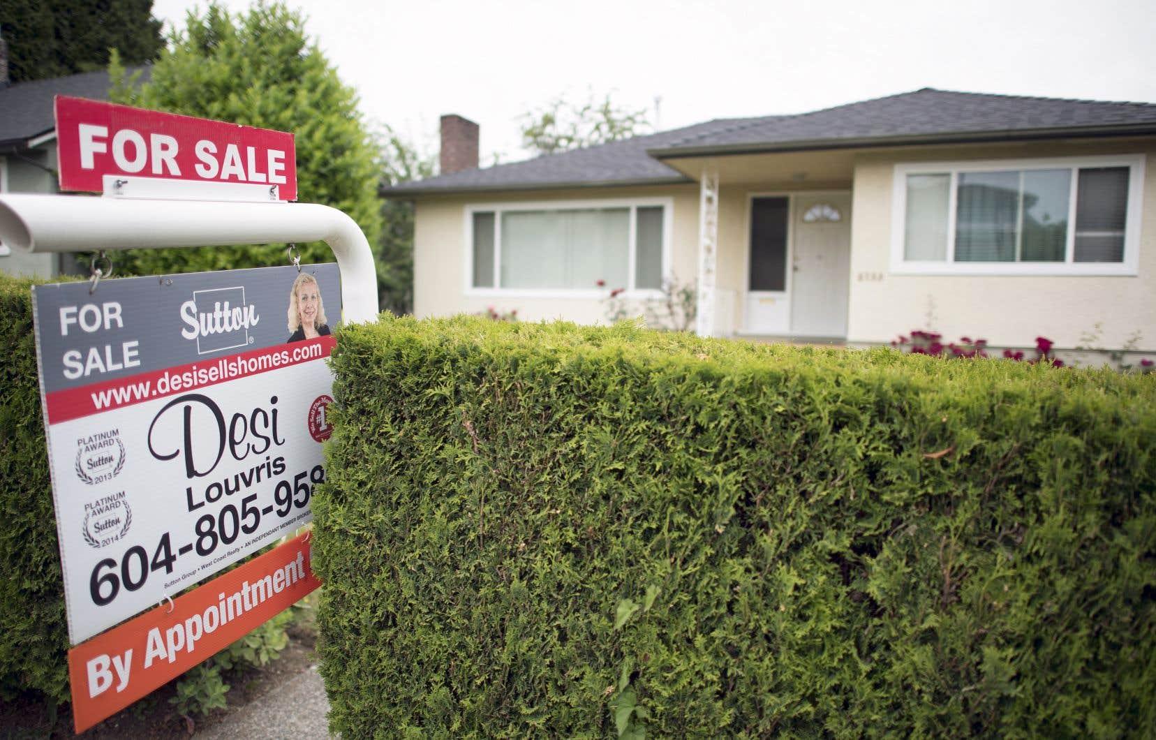 Les ménages les plus endettés sont plus susceptibles, notamment, d'appartenir à la classe moyenne, d'être titulaires de prêts hypothécaires et de résider en Ontario ou en Colombie-Britannique.