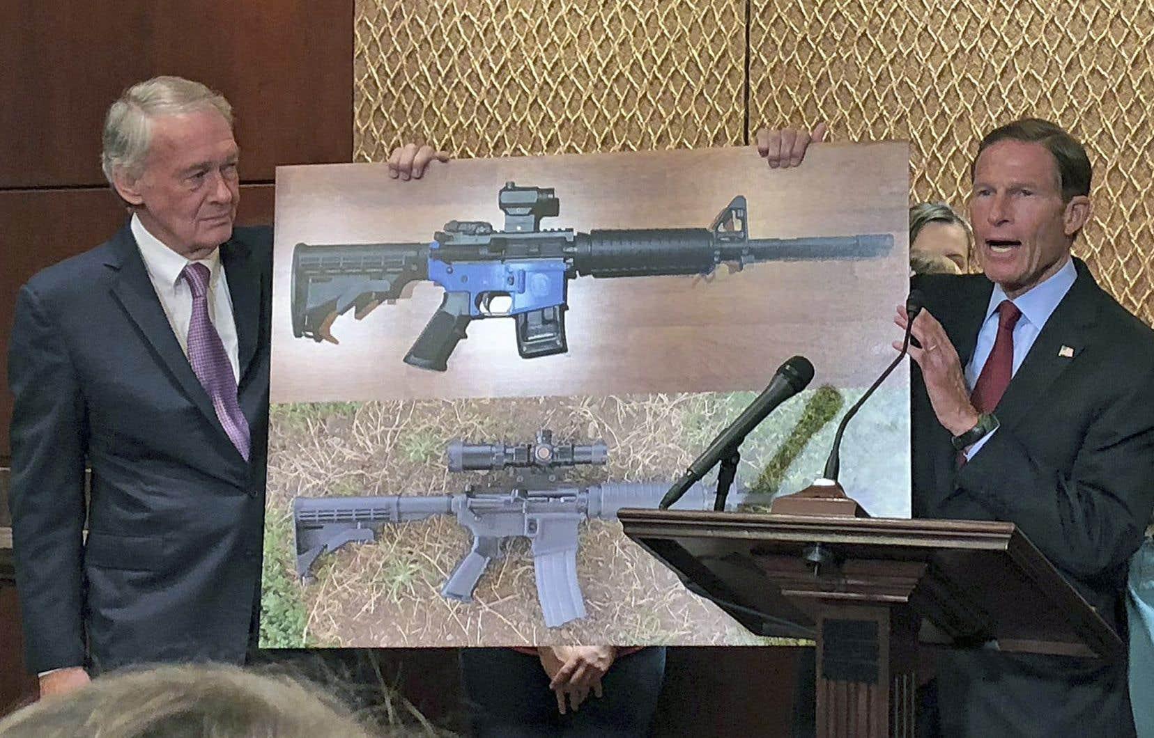 Opposés à la permission accordée à l'entreprise Defense Distributed de mettre en ligne les codes pour l'impression d'armes en plastique, les sénateurs démocrates Edward Markey et Richard Blumenthal ont organisé une conférence de presse au Capitole à Washington.