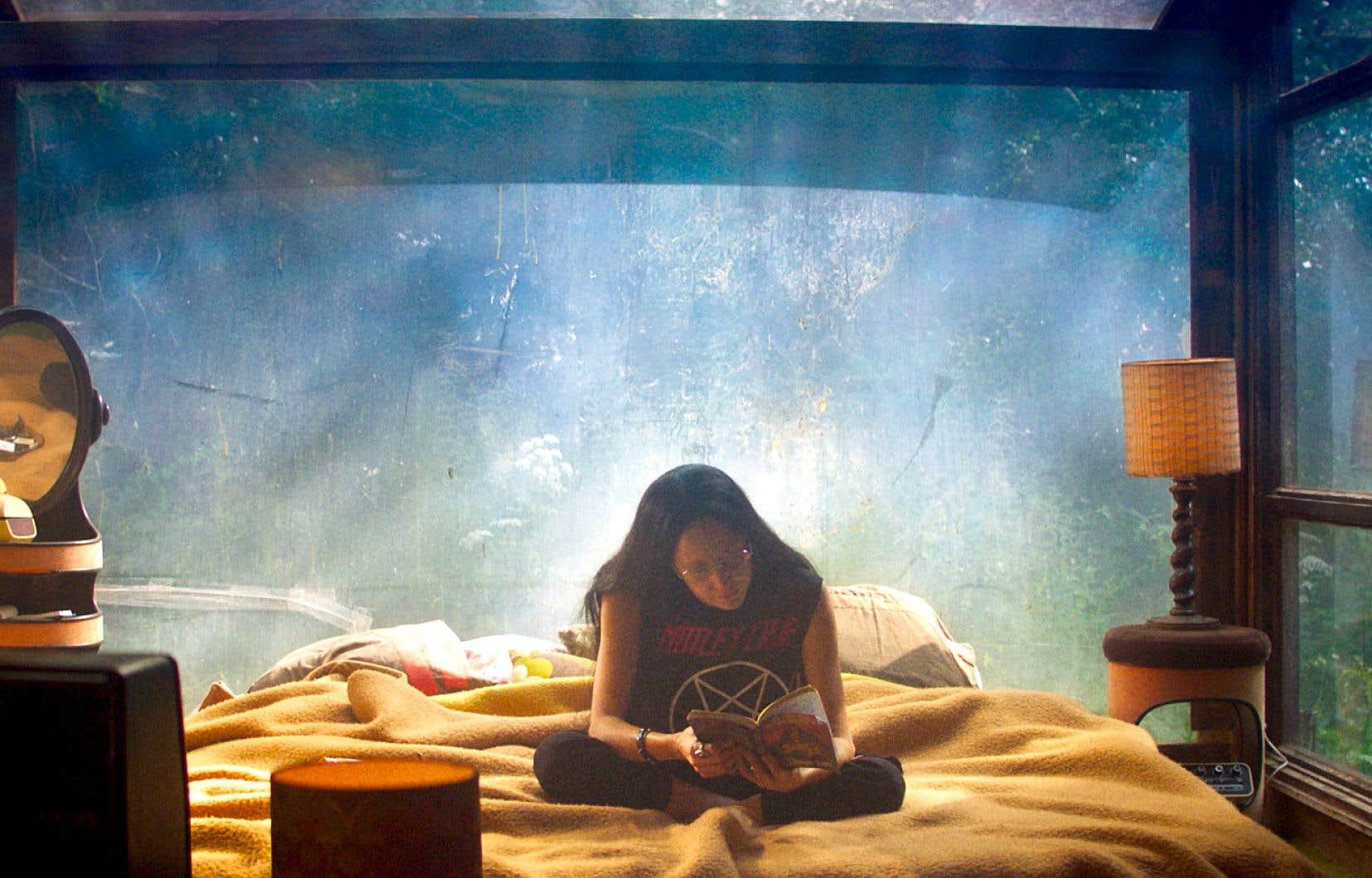 L'actrice Andrea Riseborough incarne Mandy, une illustratrice dans le film du même nom du Canadien Panos Cosmatos.