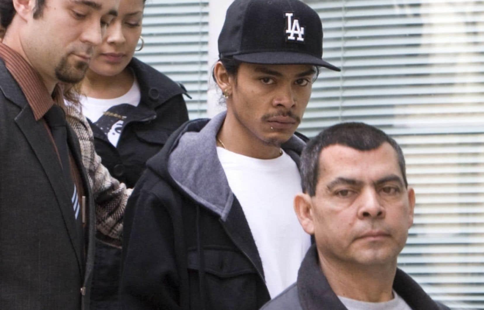 Dany Villanueva a quitté le complexe Guy-Favreau suivi de sa famille et de supporteurs, qui le gardaient à distance d'une horde de journalistes.
