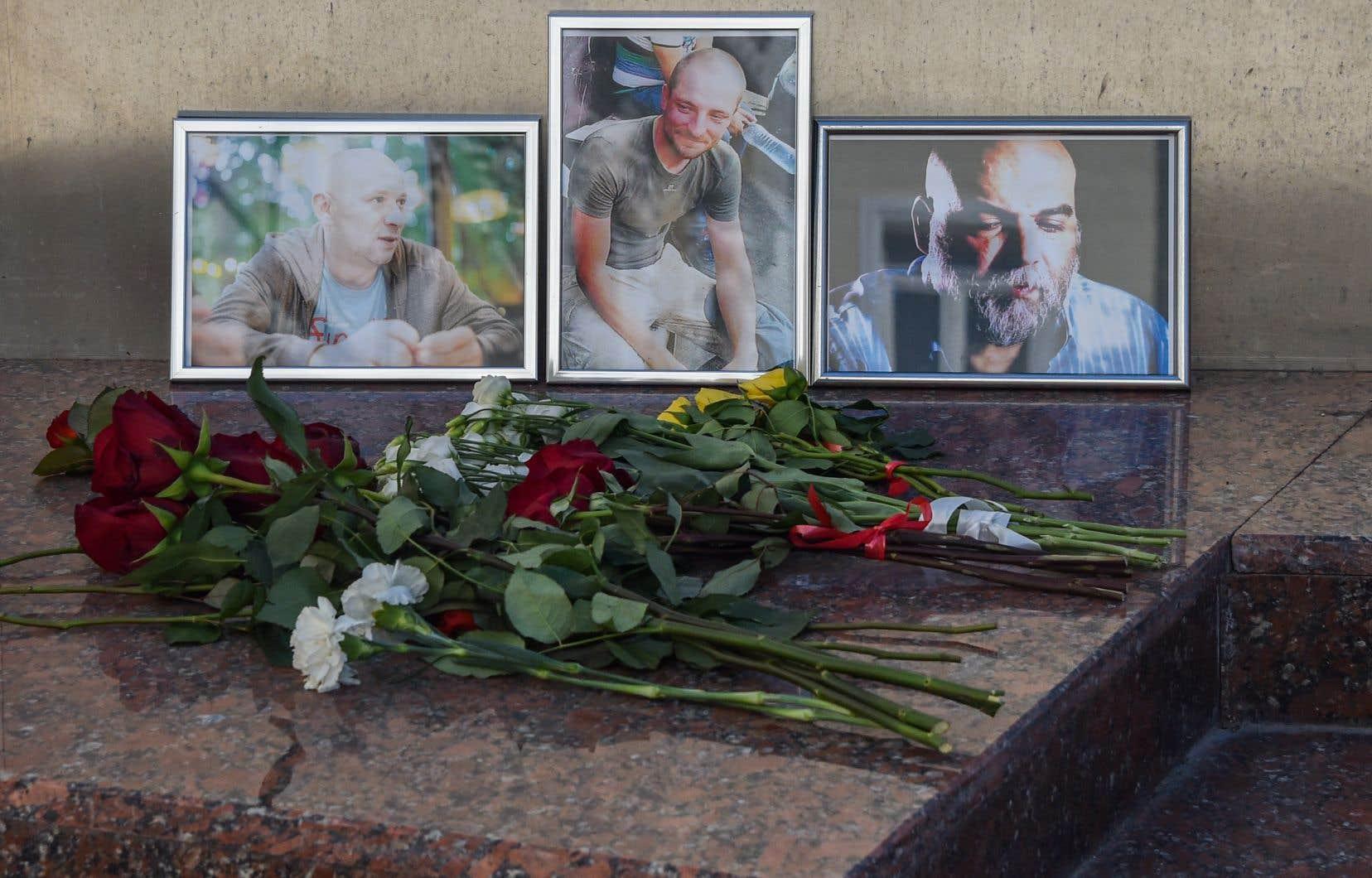 Des fleurs ont été déposées devant les photographies des journalistes Alexandre Rastorgouïev, Kirill Radtchenko et Orkhan Djemal, assassinés dans la nuit de lundi à mardi.