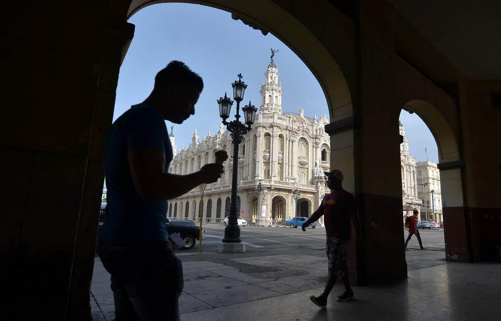 Des passants circulent à proximité du Théâtre Alicia Alonso de La Havane.
