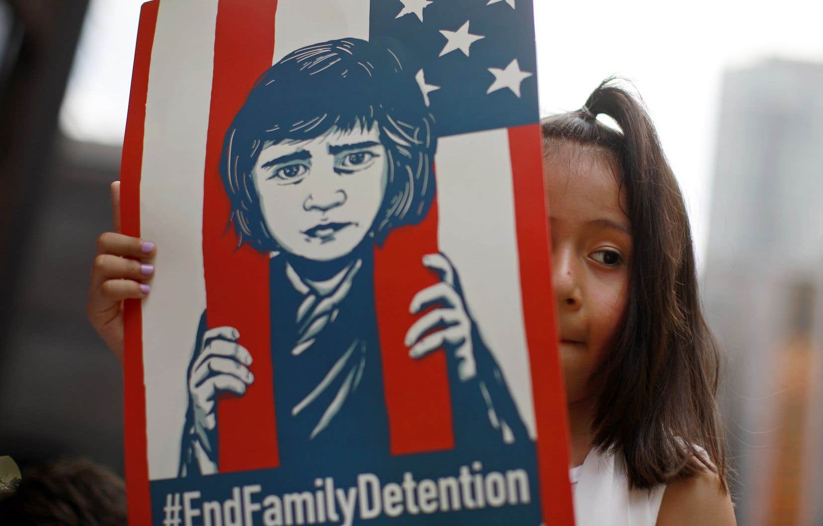 La séparation systématique des familles franchissant illégalement la frontière a entraîné le retrait de plus de 2 500 enfants de leurs parents ou tuteurs.