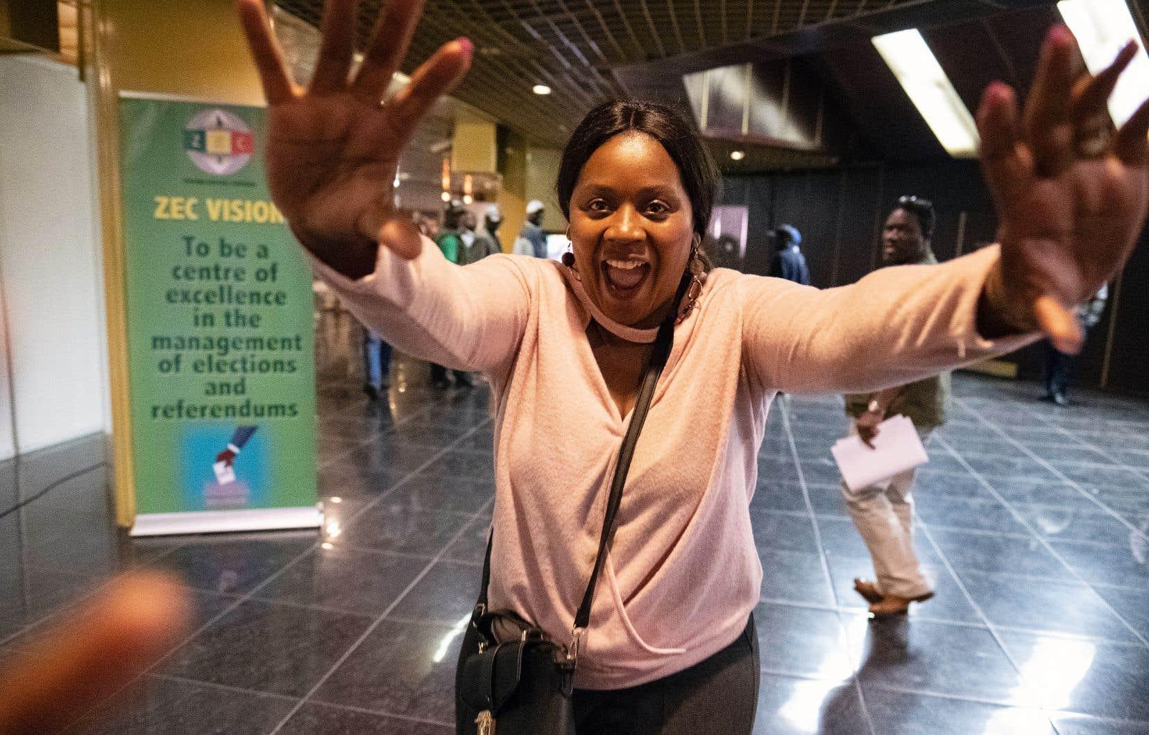 Une partisane d'Emmerson Mnangagwa s'est réjouie jeudi à Harare de l'annonce de la victoire de son favori par la commission électorale.