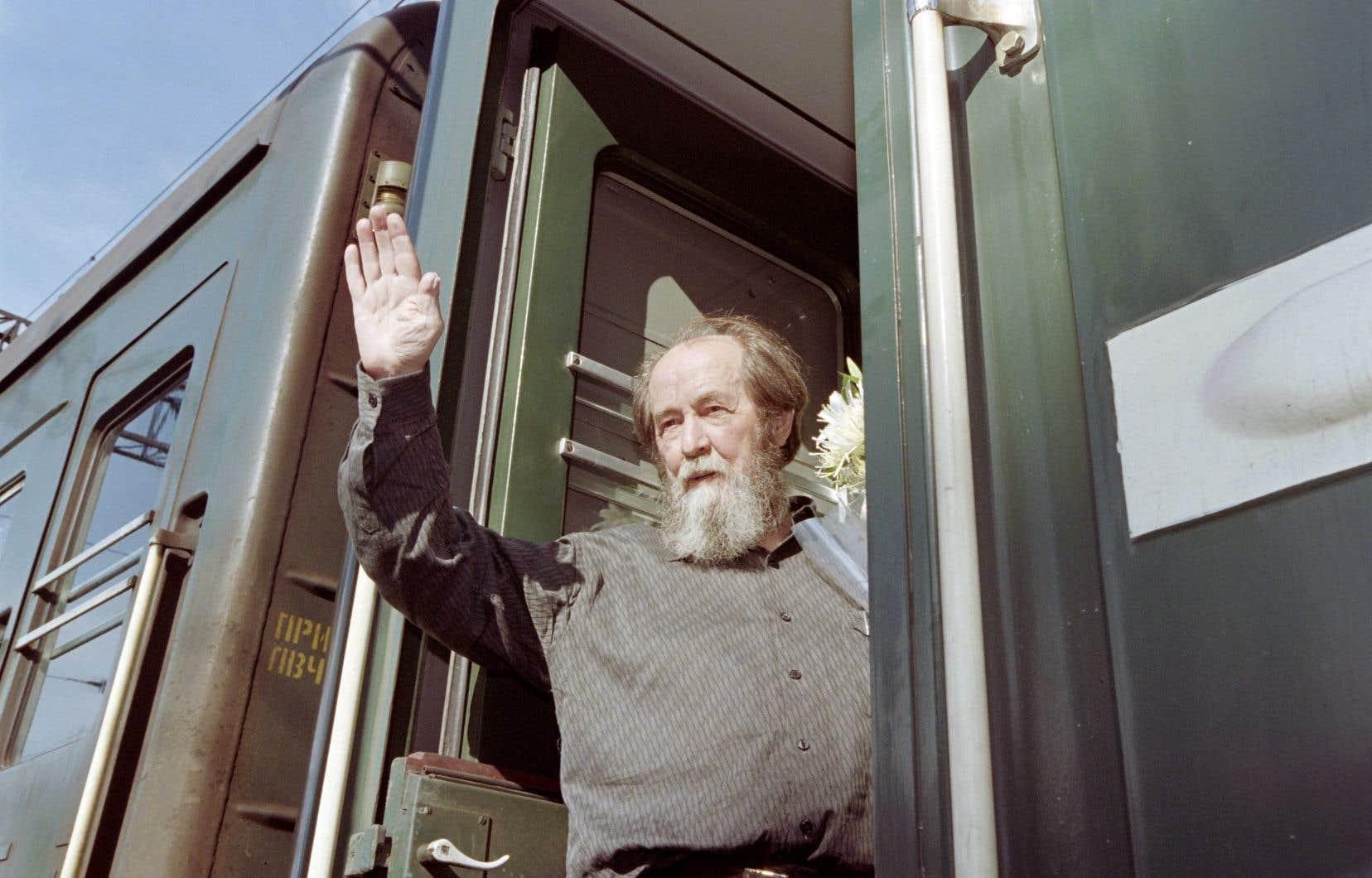 Alexandre Soljenitsyne salue la foule en montant dans le train pour Khabarovsk, en 1994.