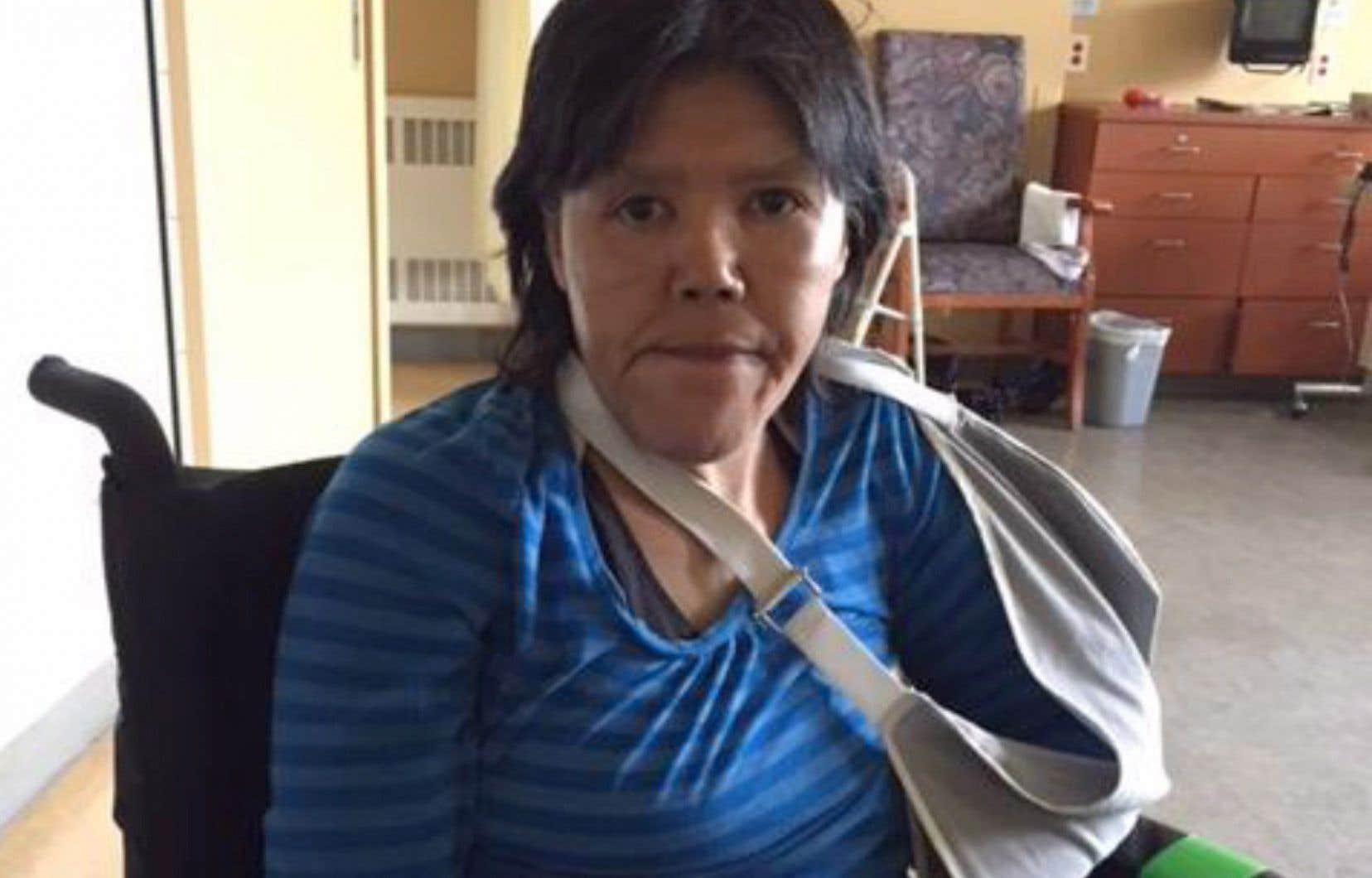 La police a remis un billet d'autobus à Mina Iquasiak Aculiak, 48ans, lorsqu'elle a été relâchée, au lieu de la ramener à l'hôpital, même si elle avait un cathéter dans le bras, a rapporté «La Presse».