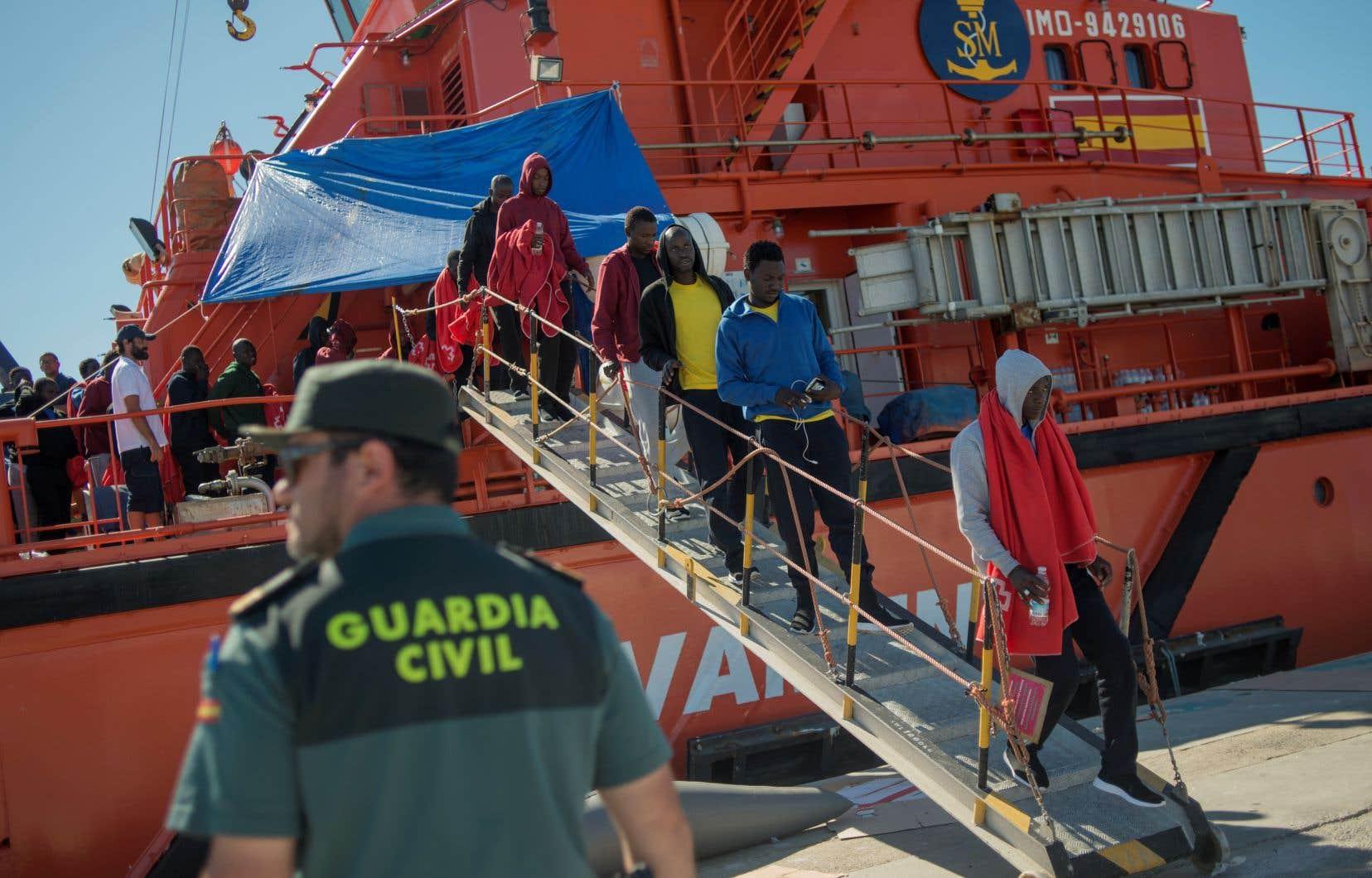 Les migrants secourus en mer débarquent d'un bateau en attendant d'être transférés au port d'Algésiras le 30 juillet 2018.