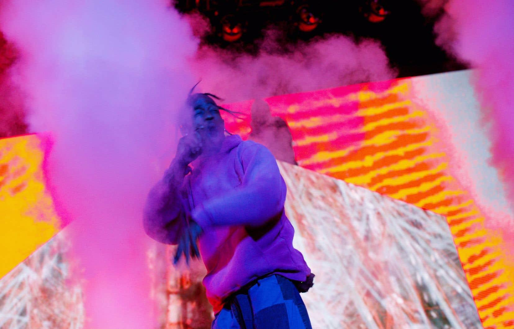 À 23h, finalement, les éclairages se sont activés et Travis Scott est entré sur scène dans de grands jets de fumée.