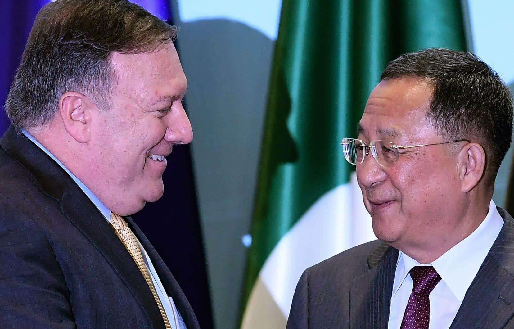 Le secrétaire d'État américain, Mike Pompeo, s'entretient avec le ministre des Affaires étrangères nord-coréen, Ri Yong Ho, à l'occasion de la retraite du Forum régional de l'ASEAN à Singapour le 4 août 2018.