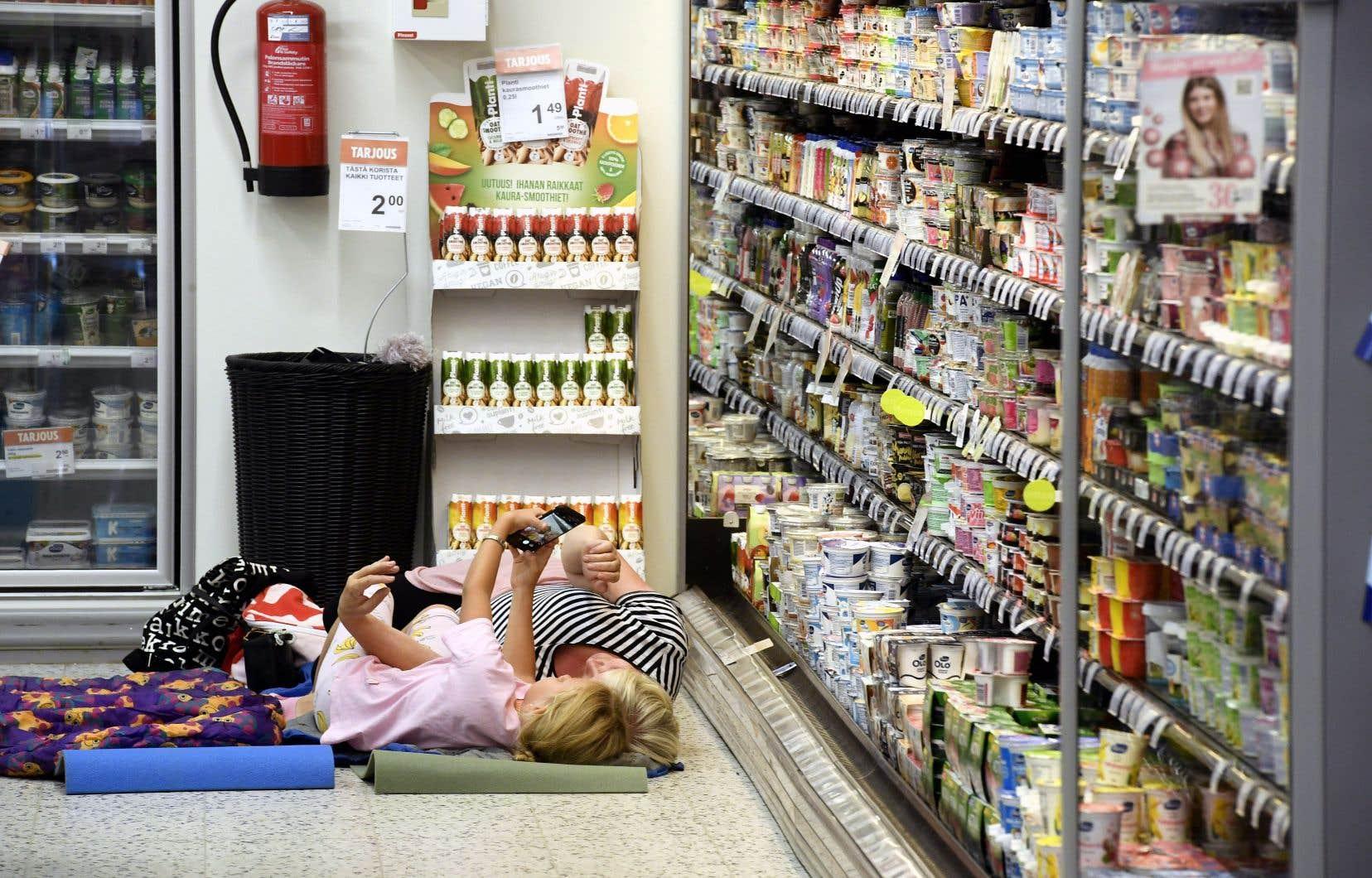 Tous les moyens sont bons pour contrer la vague de chaleur: à Helsinki, en Finlande, le propriétaire d'une épicerie a invité les citoyens à venir se rafaîchir dans son commerce.