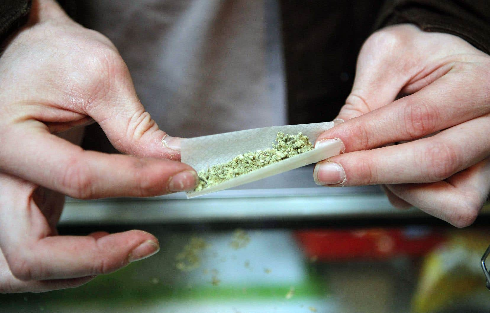Grâce à la campagne, les Québécois seront sensibilisés au fait qu'ils ne pourront pas fumer cette drogue aux endroits où il est déjà interdit de griller une cigarette.