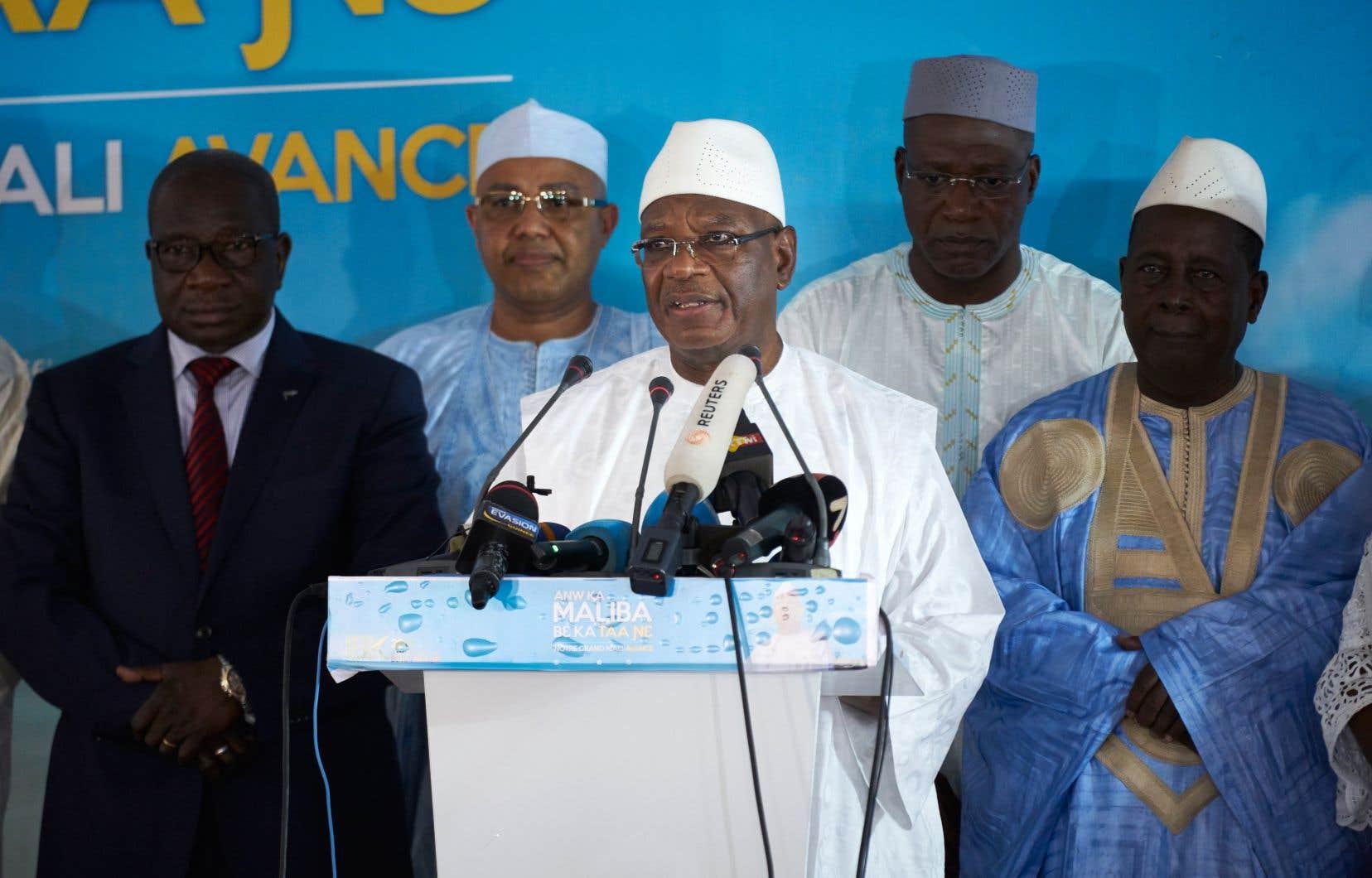 Lechef d'État sortant, Ibrahim Boubacar Keïta (au centre)