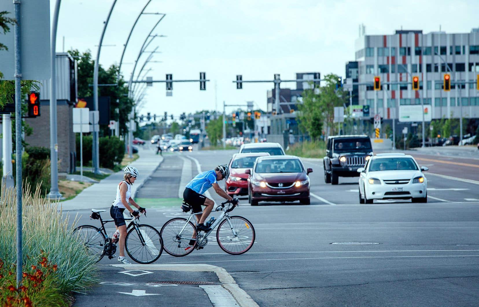Nouveaux aménagements cyclables à Laval, le long du boulevard Le Corbusier. D'ici 2031, les 82 municipalités de la Communauté métropolitaine de Montréal veulent doubler le nombre de déplacements quotidiens à vélo.