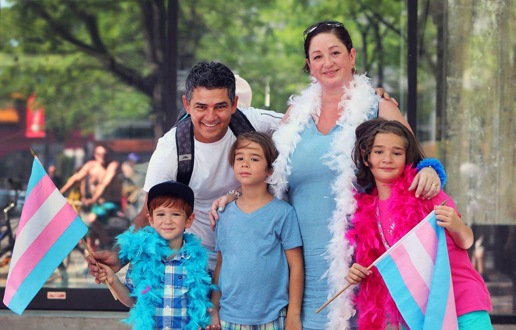 Les Rodriguez et leurs enfants (de gauche à droite) Julian, Adrian et Dilana ont déambulé, drapeaux en main, auprès de Dilana, qui assume sa nouvelle identité de fille depuis quelques mois.