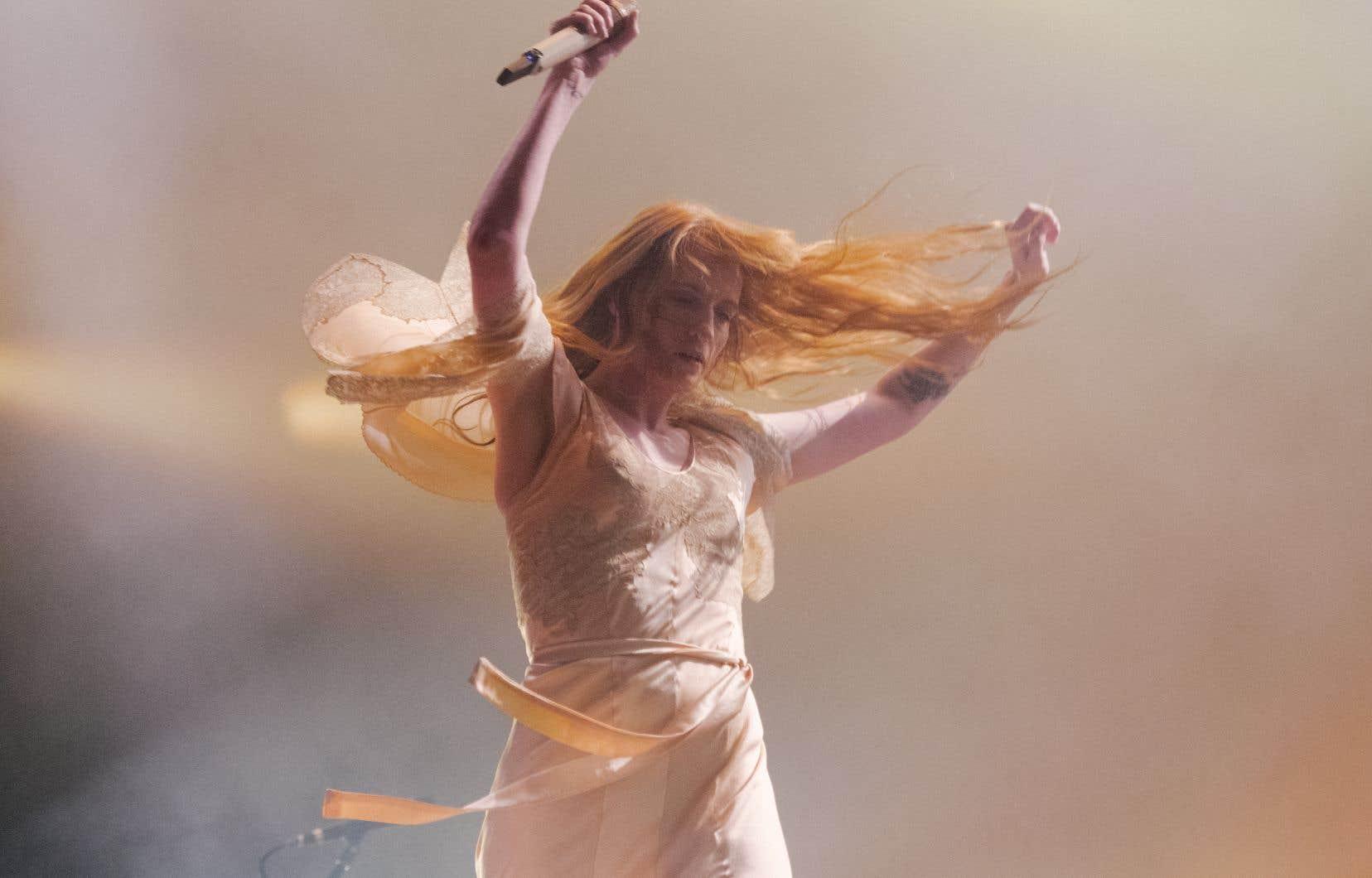 Elle brûle, la Londonienne Florence Welsh, pieds nus sur scène, vêtue d'une longue robe blanche qui lui confère cette aura de prêtresse de la pop.