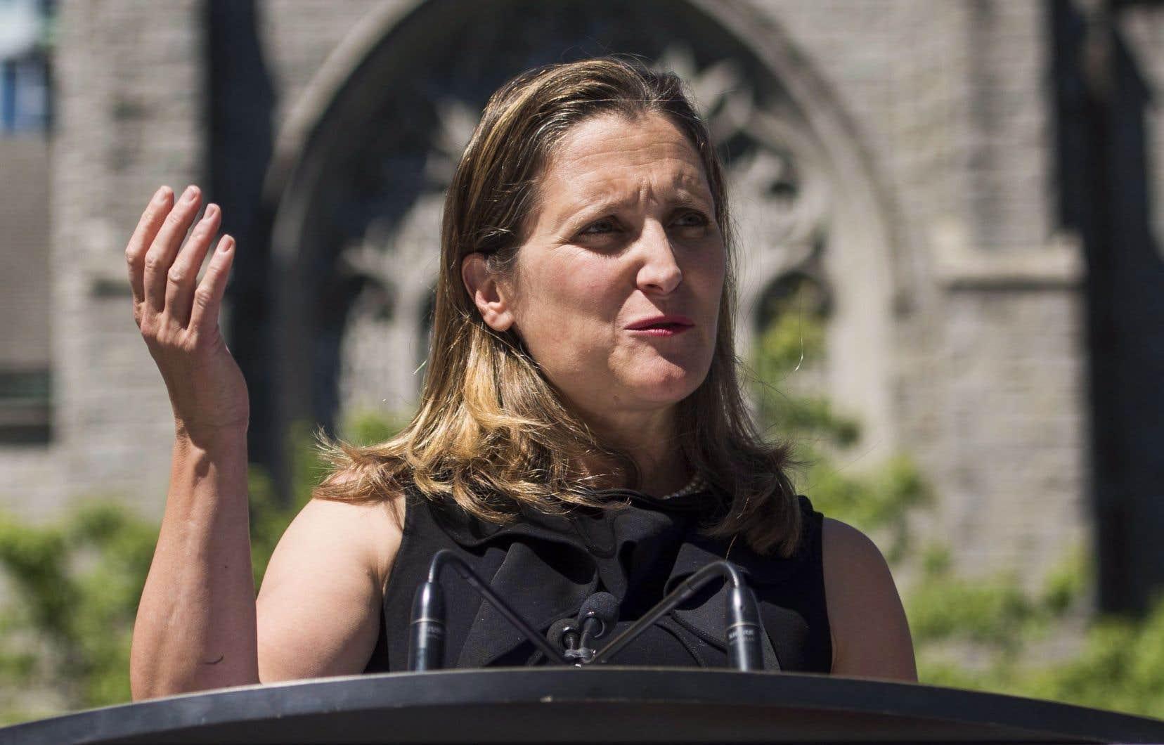 La ministre des Affaires étrangères, Chrystia Freeland, en point de presse à Vancouver lundi