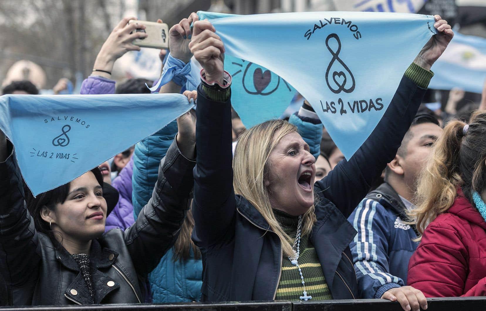 Des militants anti-avortement se sont réunis, mercredi, devant le Congrès national où le Sénat débat de la loi sur la légalisation ou non de l'avortement.