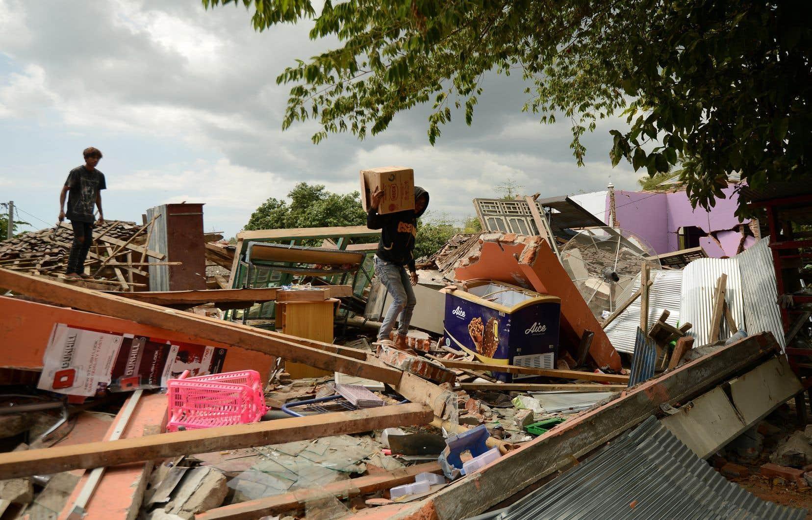 Dans certaines parties de l'île de Lombok, d'une superficie de quelque 4700 km², des villages ont été presque entièrement détruits.