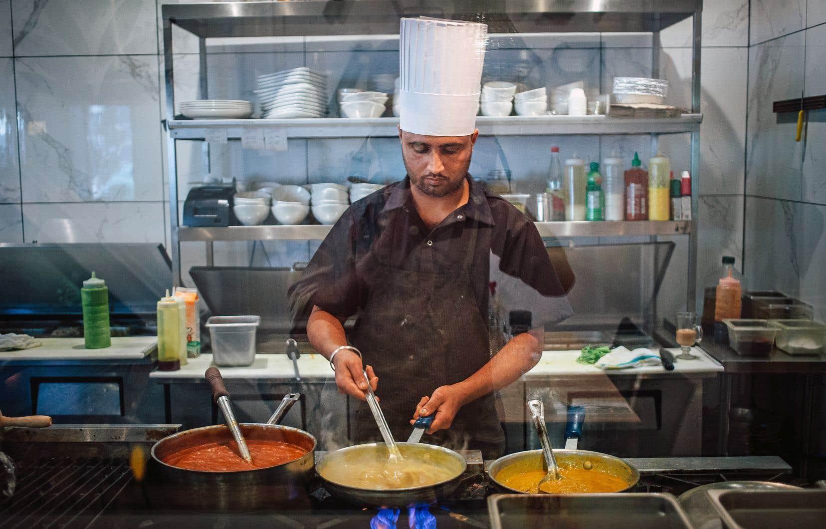 Même si des cuisines arrivent des effluves intéressants, l'agneau korma, le poulet Kadhai et les crevettes masala se révèlent plutôt modérés.