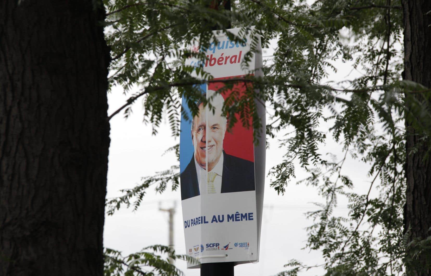 Une coalition syndicale a placardé dans plusieurs villes des affiches qui assimilent les politiques du PLQ à celles de la CAQ.