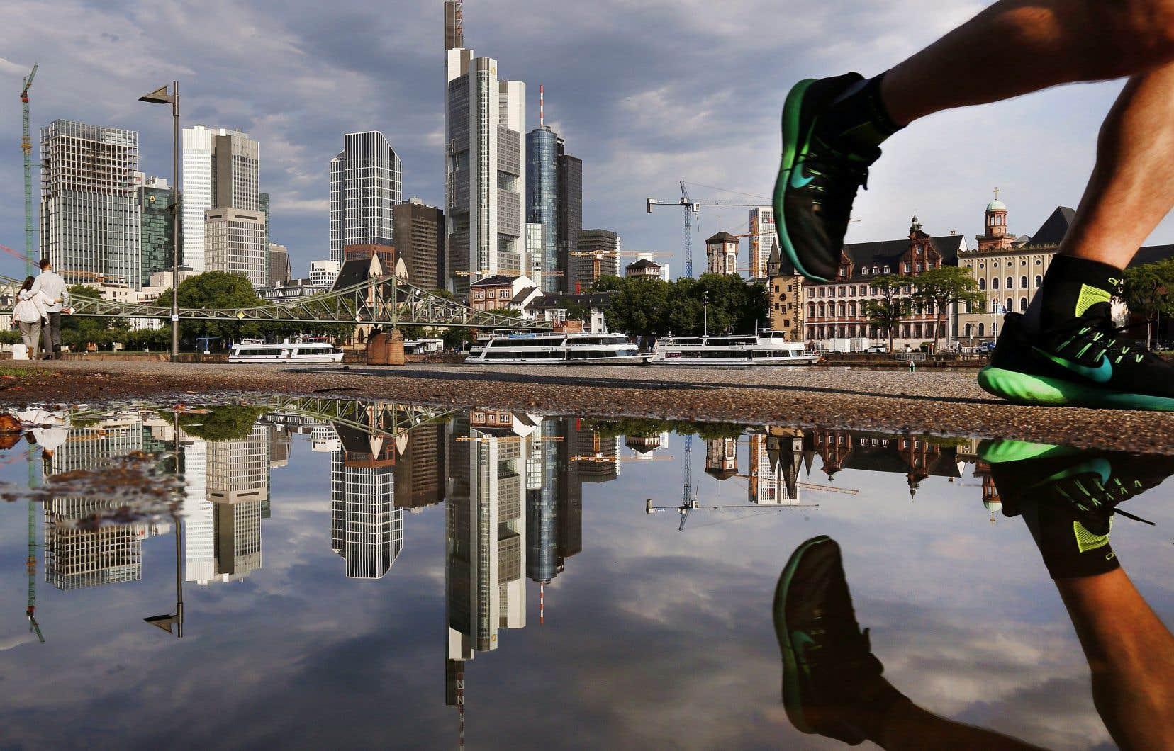 Selon les calculs de l'économiste Gabriel Zucman, l'Union européenne perd chaque année 60 milliards d'euros en recettes fiscales en raison du transfert des bénéfices des entreprises vers les paradis fiscaux.