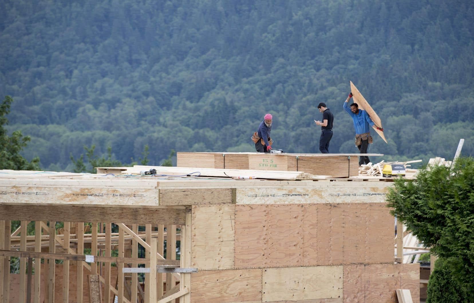 La société de la Couronne a précisé que le taux annualisé et désaisonnalisé des mises en chantier avait reculé à 206314 unités en juillet, comparativement à 246200 unités en juin.