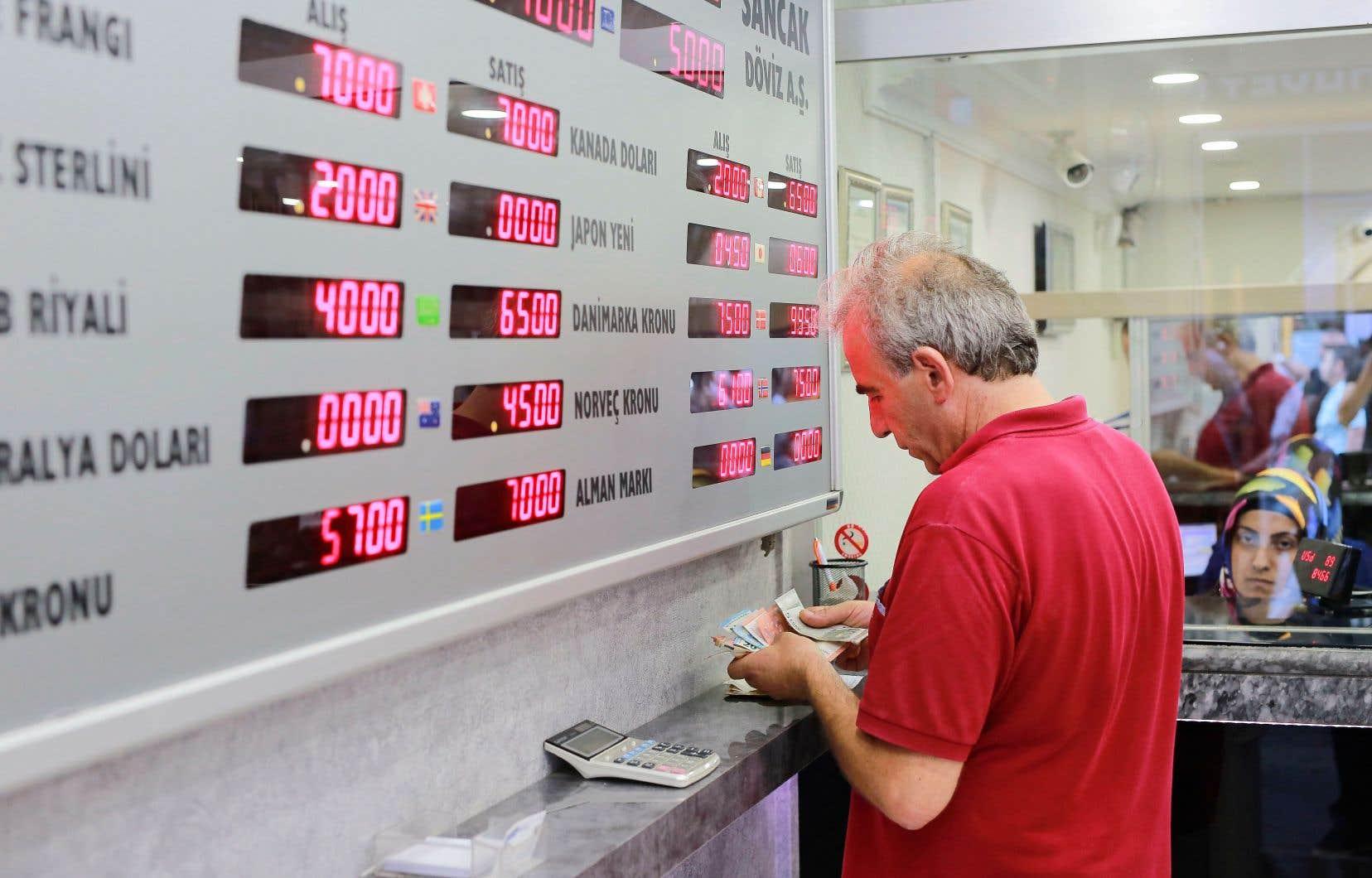 La devise turque, qui a perdu près de la moitié de sa valeur face au billet vert depuis le début de l'année, s'échangeait à 6,4 pour un dollar: une baisse vertigineuse de 16,4% sur la journée.