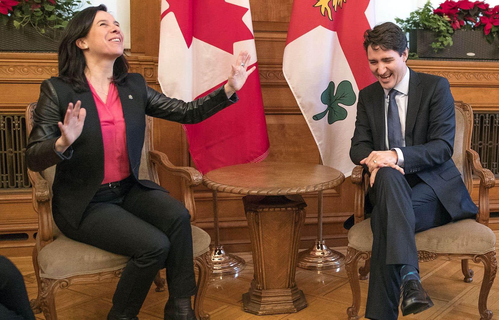 Rencontre entre le premier ministre Justin Trudeau et la mairesse Valérie Plante à l'hôtel de ville de Montréal, en décembre dernier. Derrière eux trônent les drapeaux canadien et montréalais, mais celui du Québec est absent.