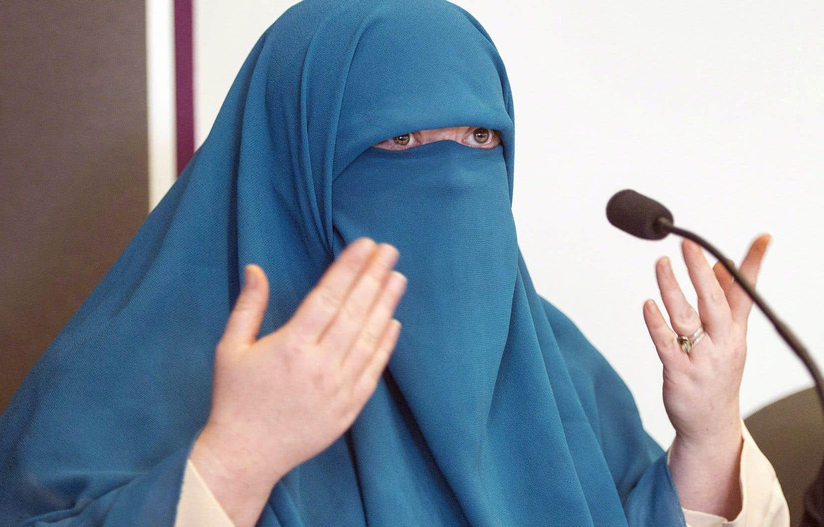 Marie-Michelle Lacoste, qui se fait désormais appeler Warda Naili, a contesté devant les tribunaux la loi québécoise sur la neutralité religieuse moins de trois semaines après sa sanction officielle.