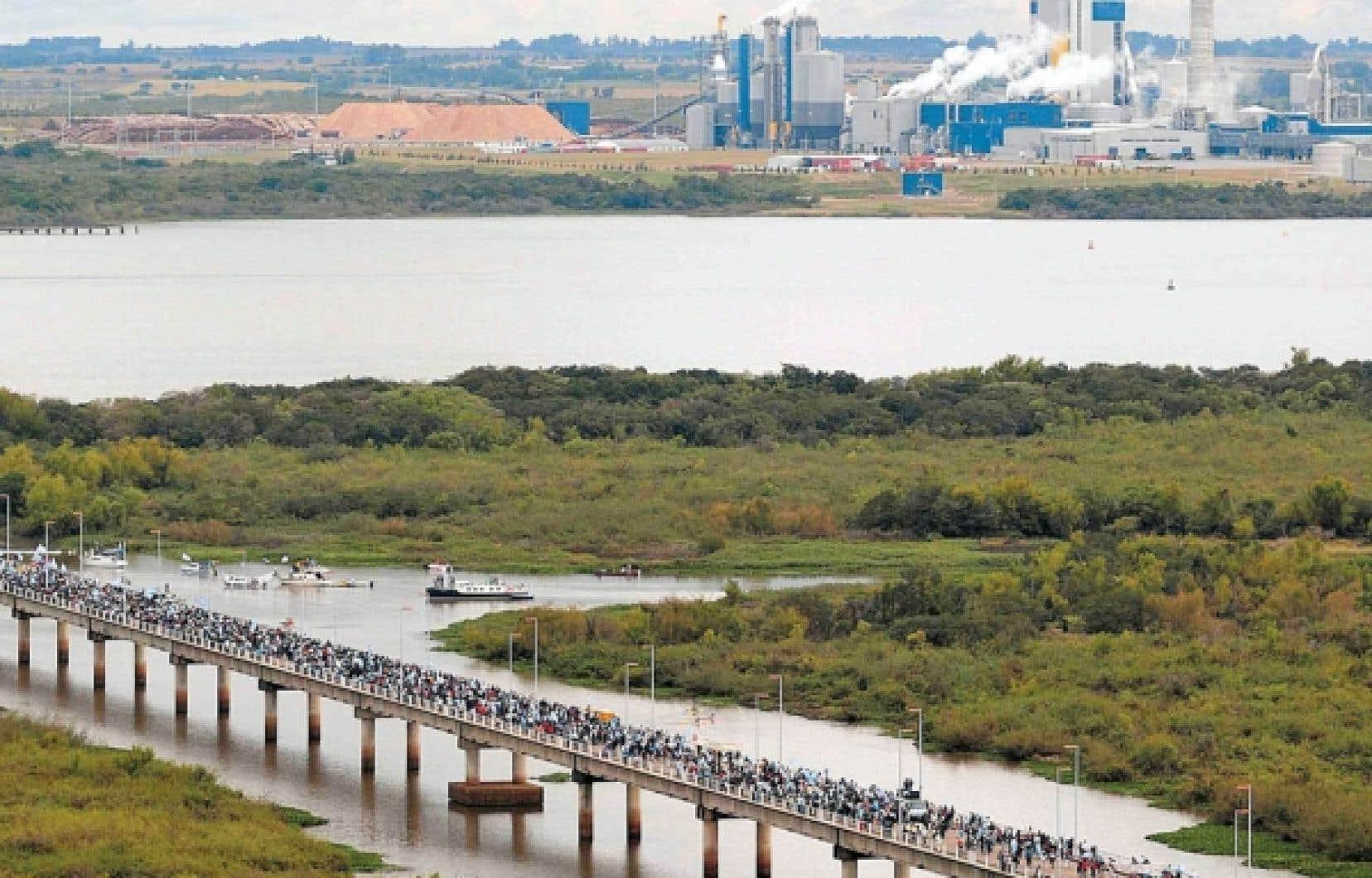 En 2005, l'Uruguay a accordé un permis de construction à une papetière sur le fleuve Uruguay, sans consulter l'Argentine, qui partage ce cours d'eau. Des manifestants argentins ont marché hier pour dénoncer la décision de la Cour internationale de Justice de ne pas faire cesser les activités de la papetière.