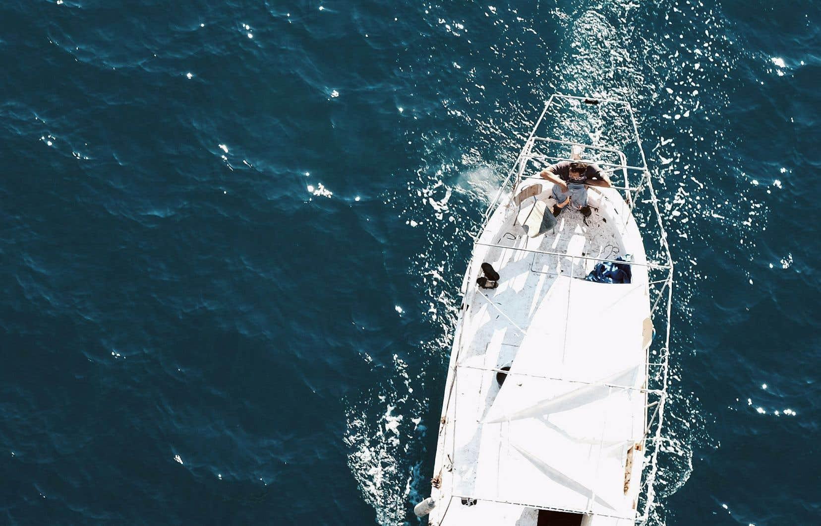 Marin lui-même, Yann Queffélec a pris la mer un nombre incalculable de fois et est passé tout petit des canots à rame aux voiliers, des baies abritées au grand large.