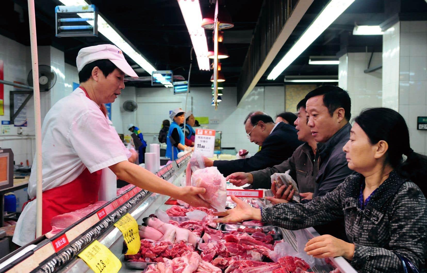 Le comptoir des viandes d'un supermarché de Jiujiang, en Chine