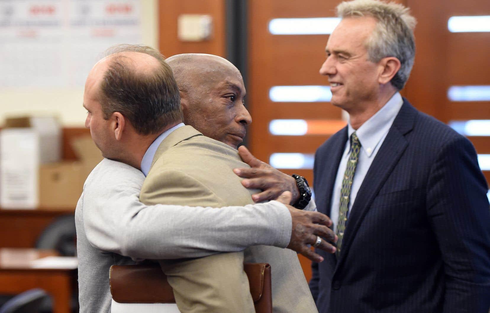 Dewayne Johnson enlace l'un de ses avocats après la lecture du verdict de son recours contre Monsanto, à San Francisco, vendredi.