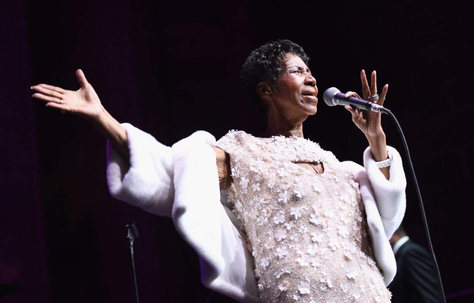 La chanteuse Aretha Franklin se produit sur scène lors d'une cérémonie de la Elton John AIDS Foundation à la cathédrale de St. John the Divine à New York, le 7 novembre 2017.