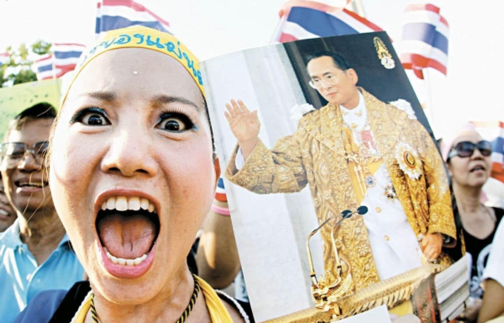 Une royaliste thaïlandaise dans la rue, hier à Bangkok