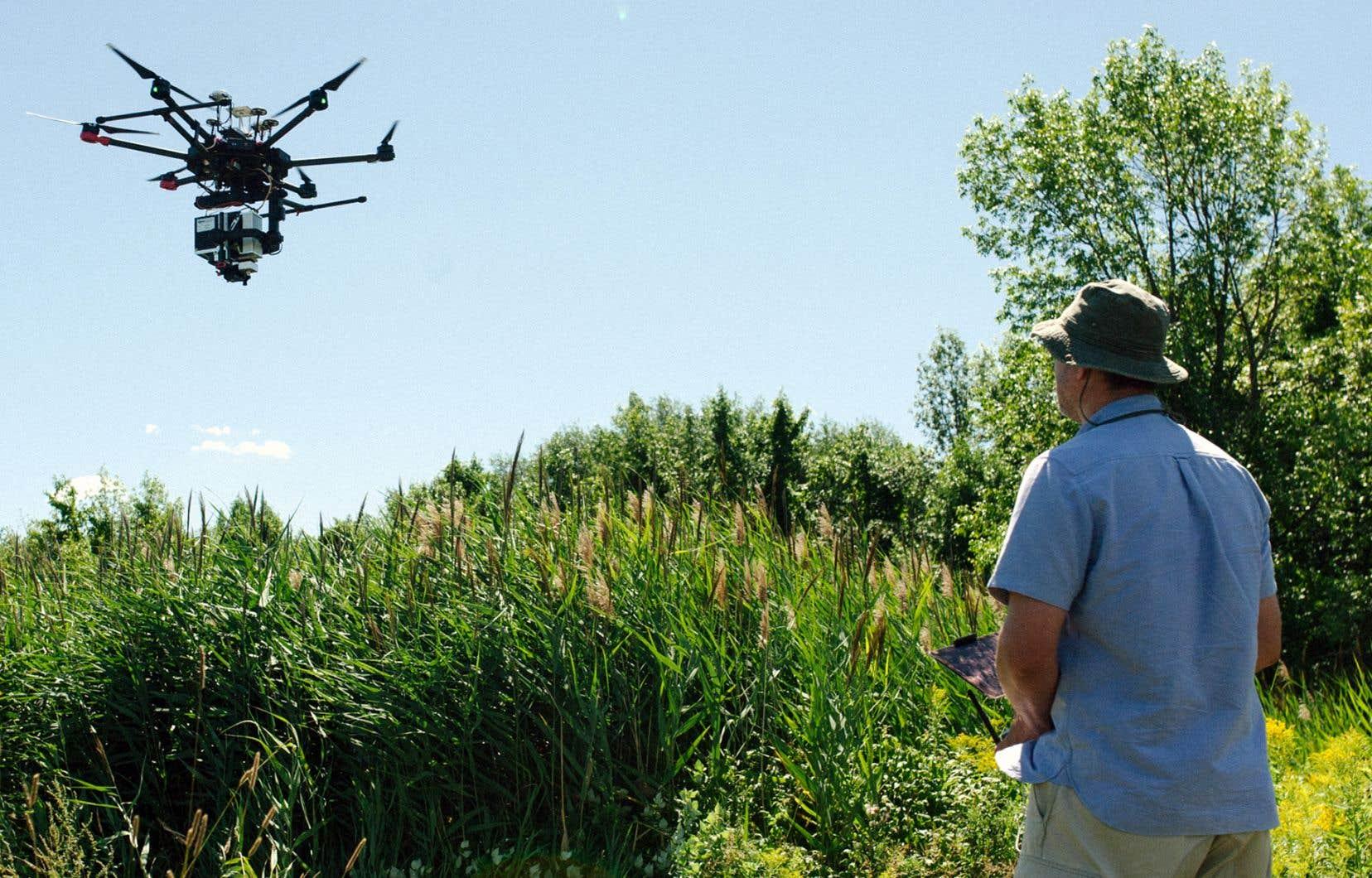 Le pilote Oliver Lucanus fait atterrir son drone sur l'île Grosbois, aux îles de Boucherville.