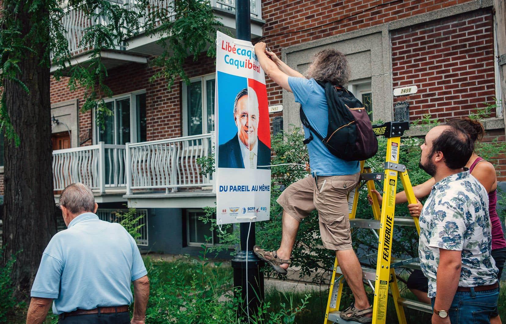 La coalition syndicale a procédé à l'installation des affiches en question à Montréal également, à la fin du mois de juillet.